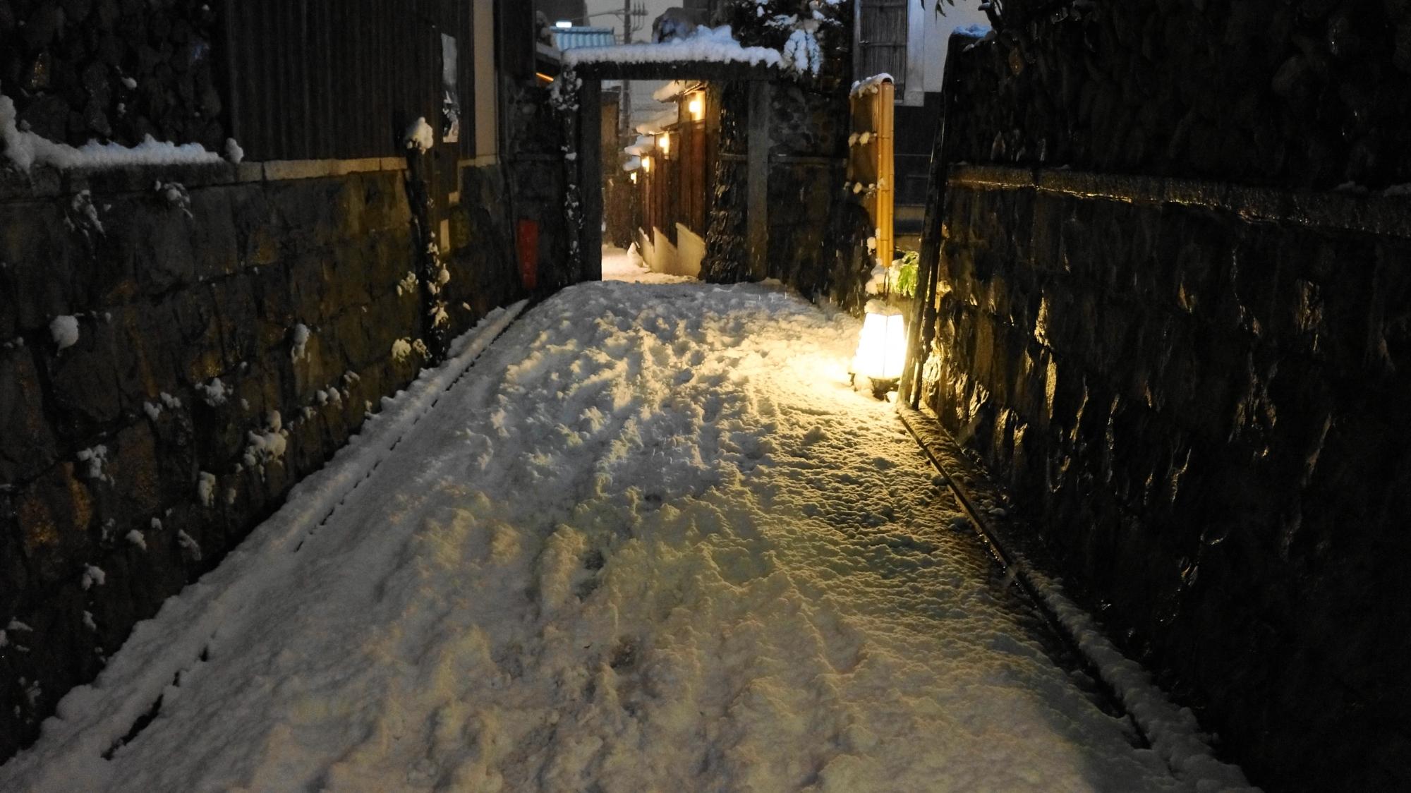 情緒ある街灯に照らされた雪の細道
