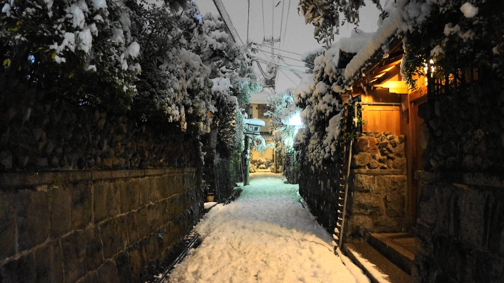 白い空間が広がる石塀小路