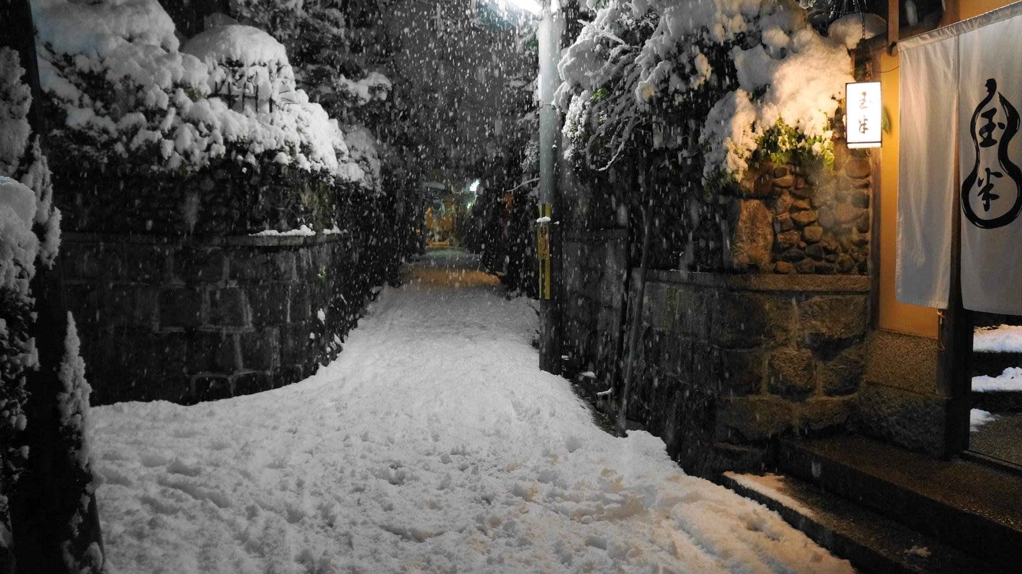 石塀小路の独特の雰囲気を演出するお店の暖簾や灯り