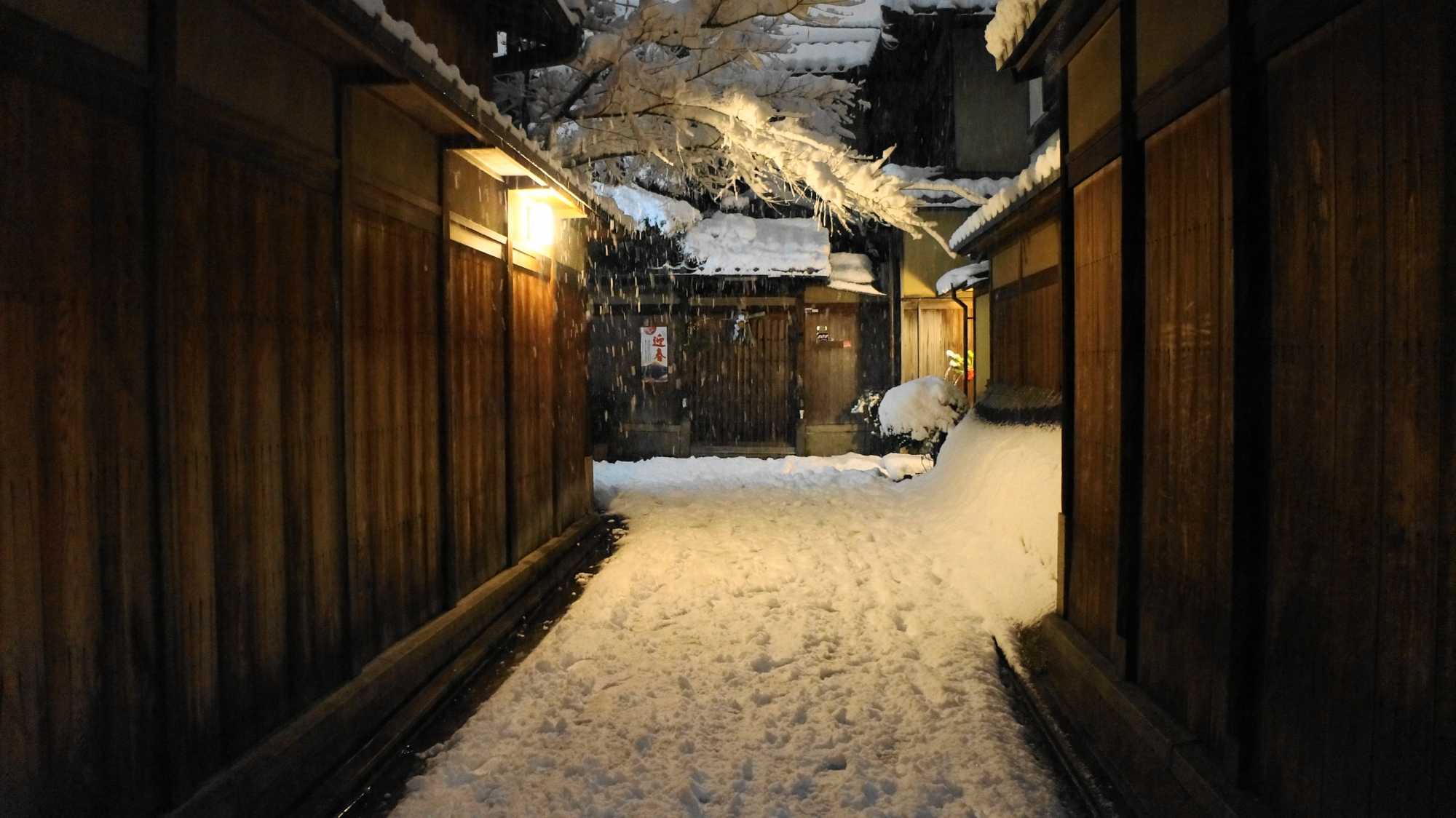 雪につつまれた風情ある独特の細道と空間