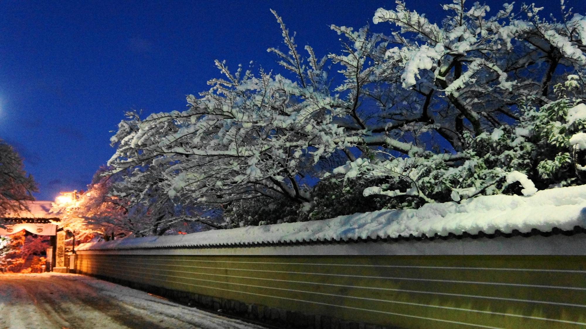 華やかで風情ある花見小路通りの雪景色