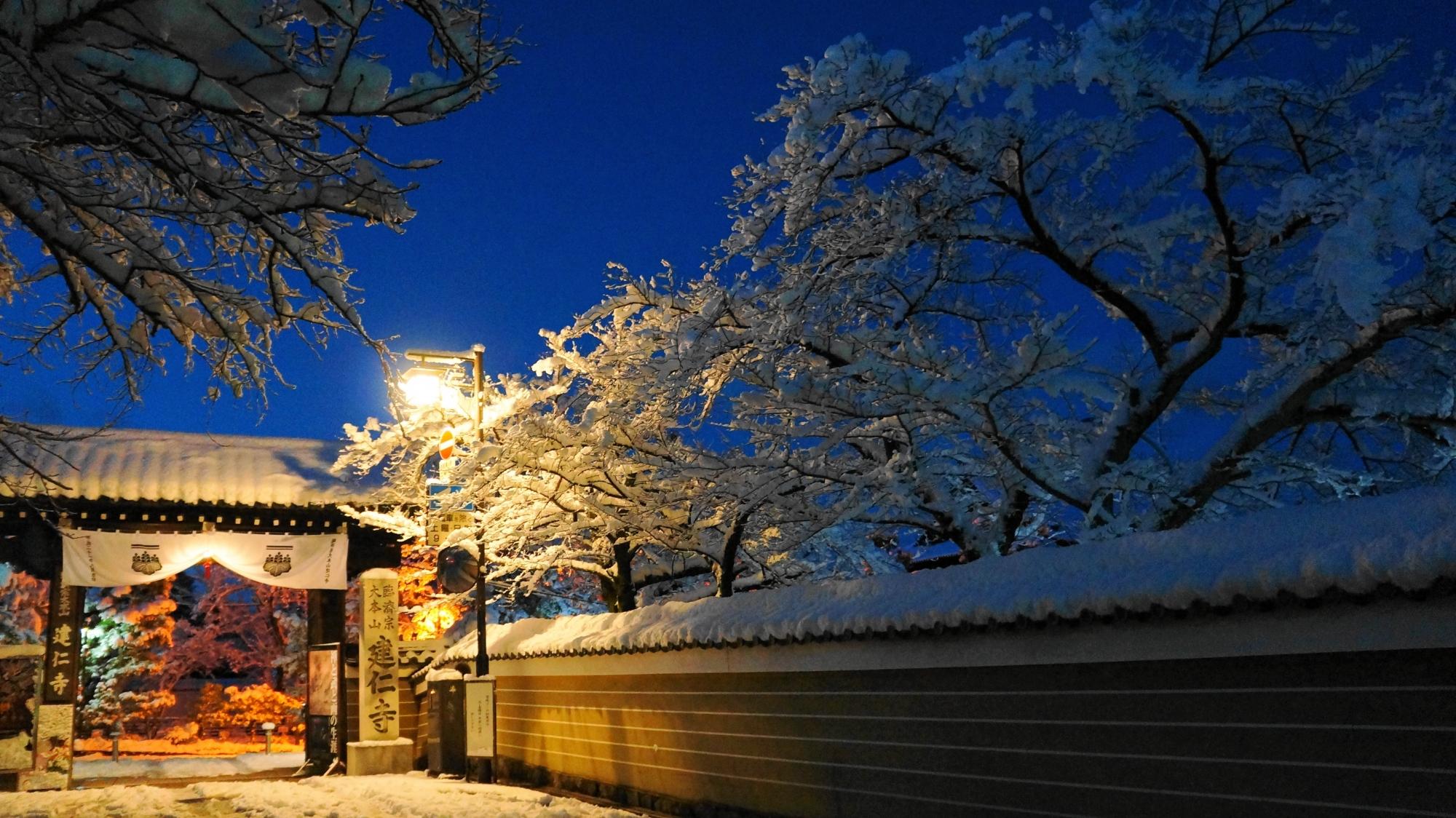 夜明け前の紺色の空と雪景色