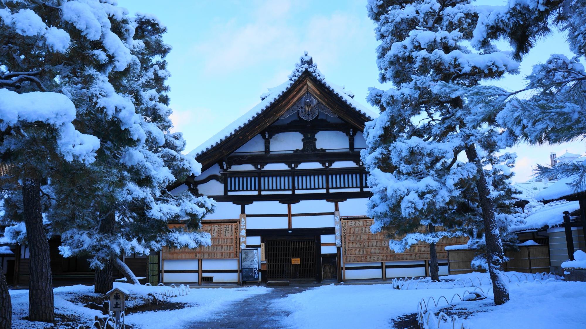 建仁寺の庫裡の雪景色
