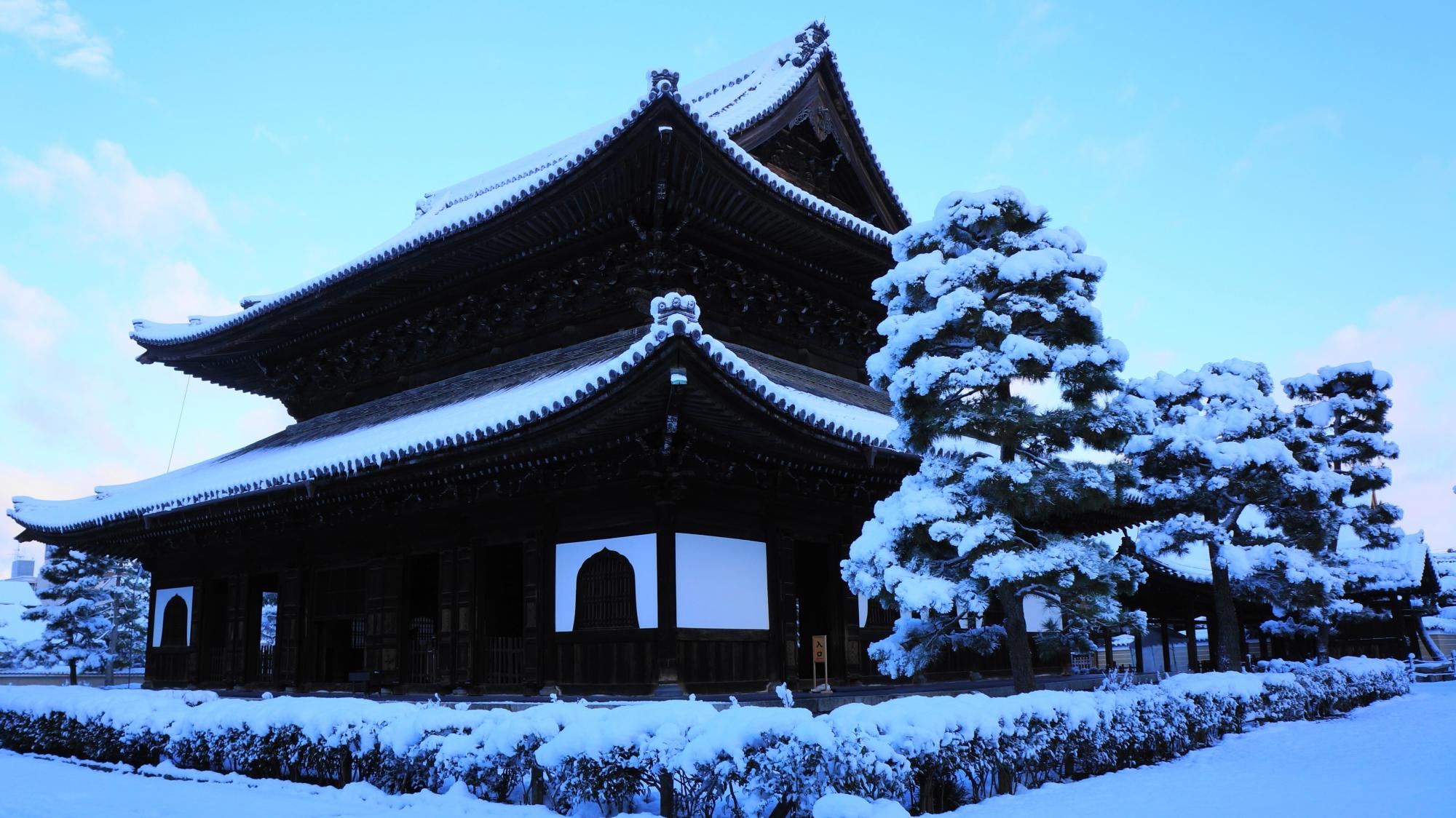 雪がいっぱい積もり白銀の中に佇む建仁寺の法堂