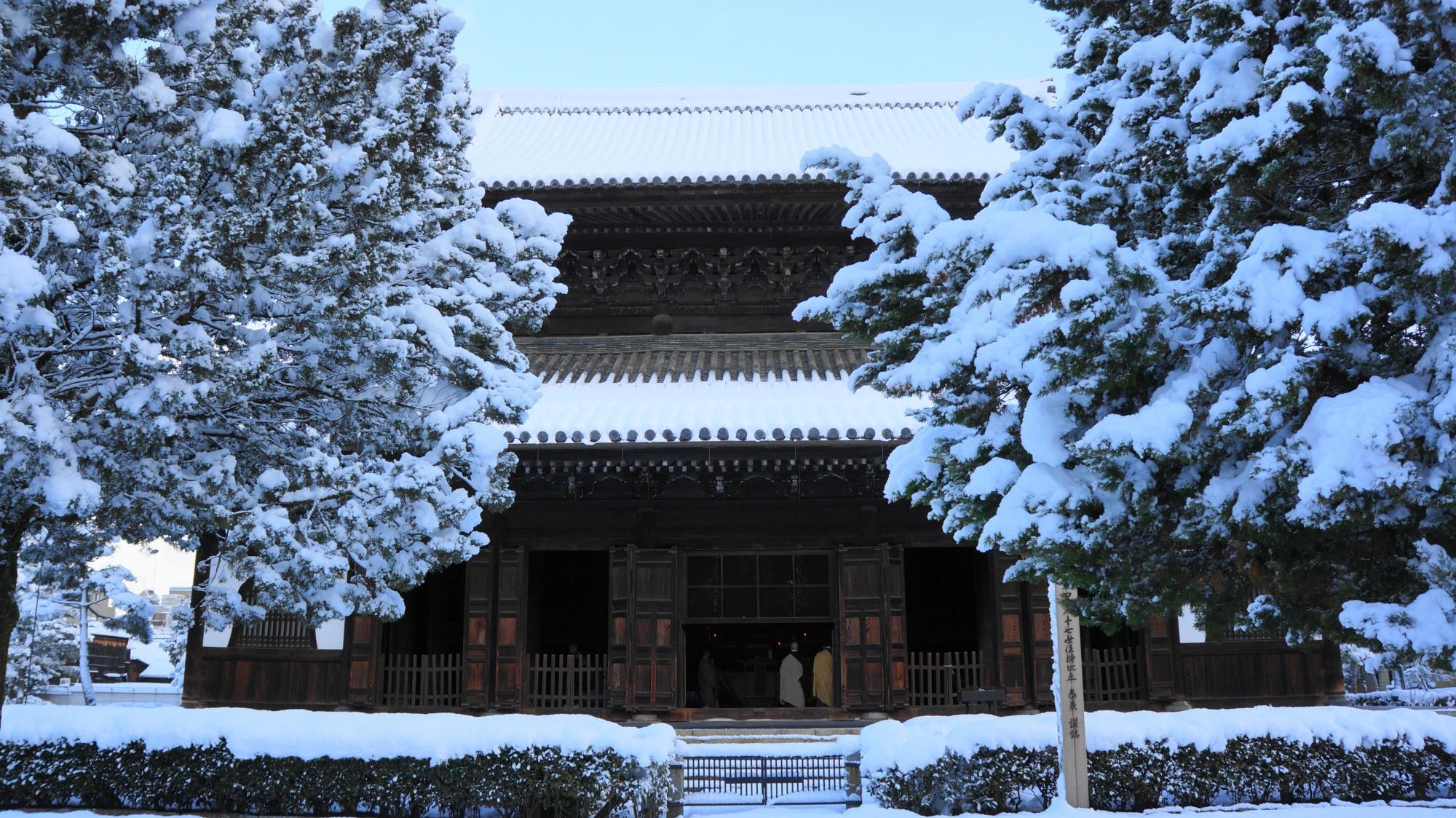 建仁寺の法堂の雪景色