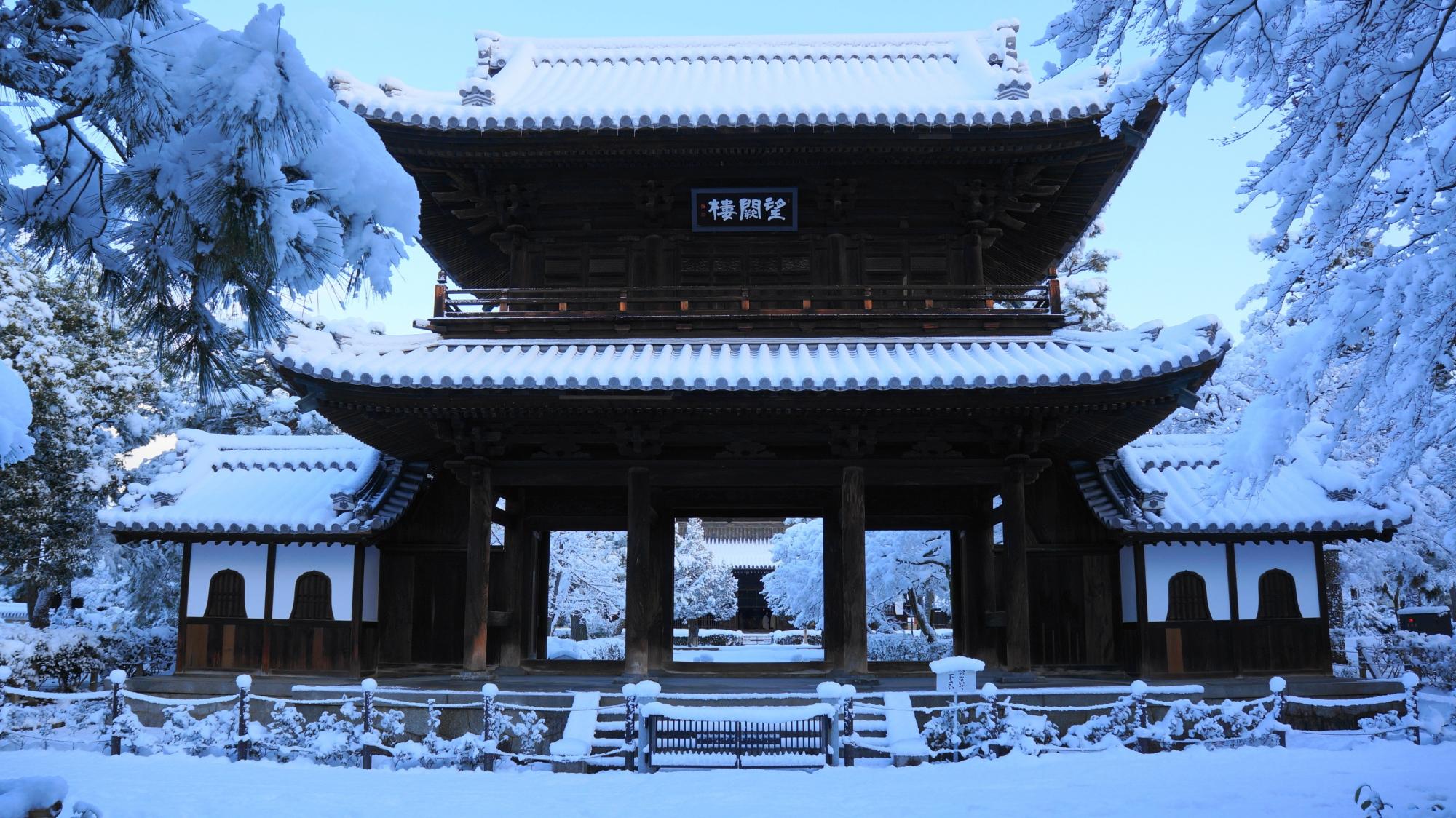建仁寺の雪化粧した立派な三門