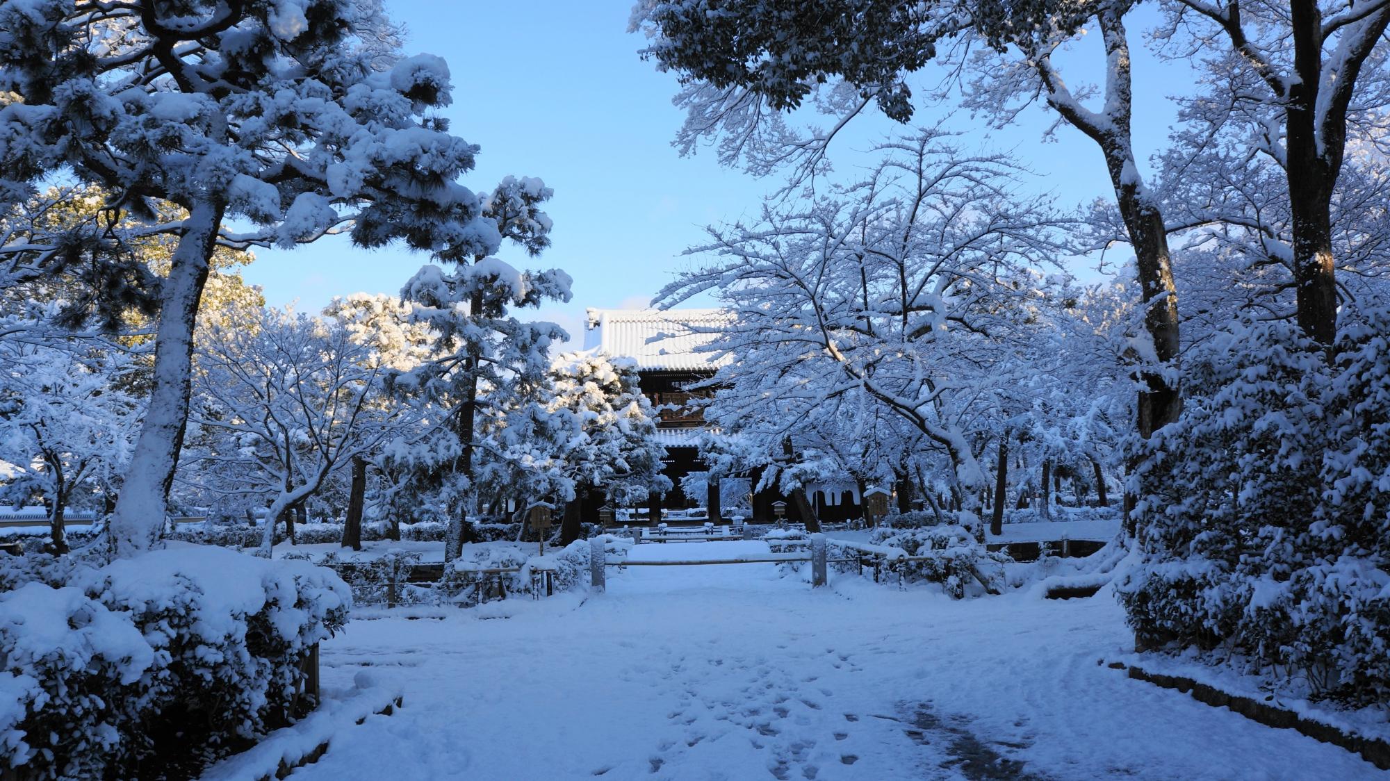 建仁寺の三門と周辺の雪景色