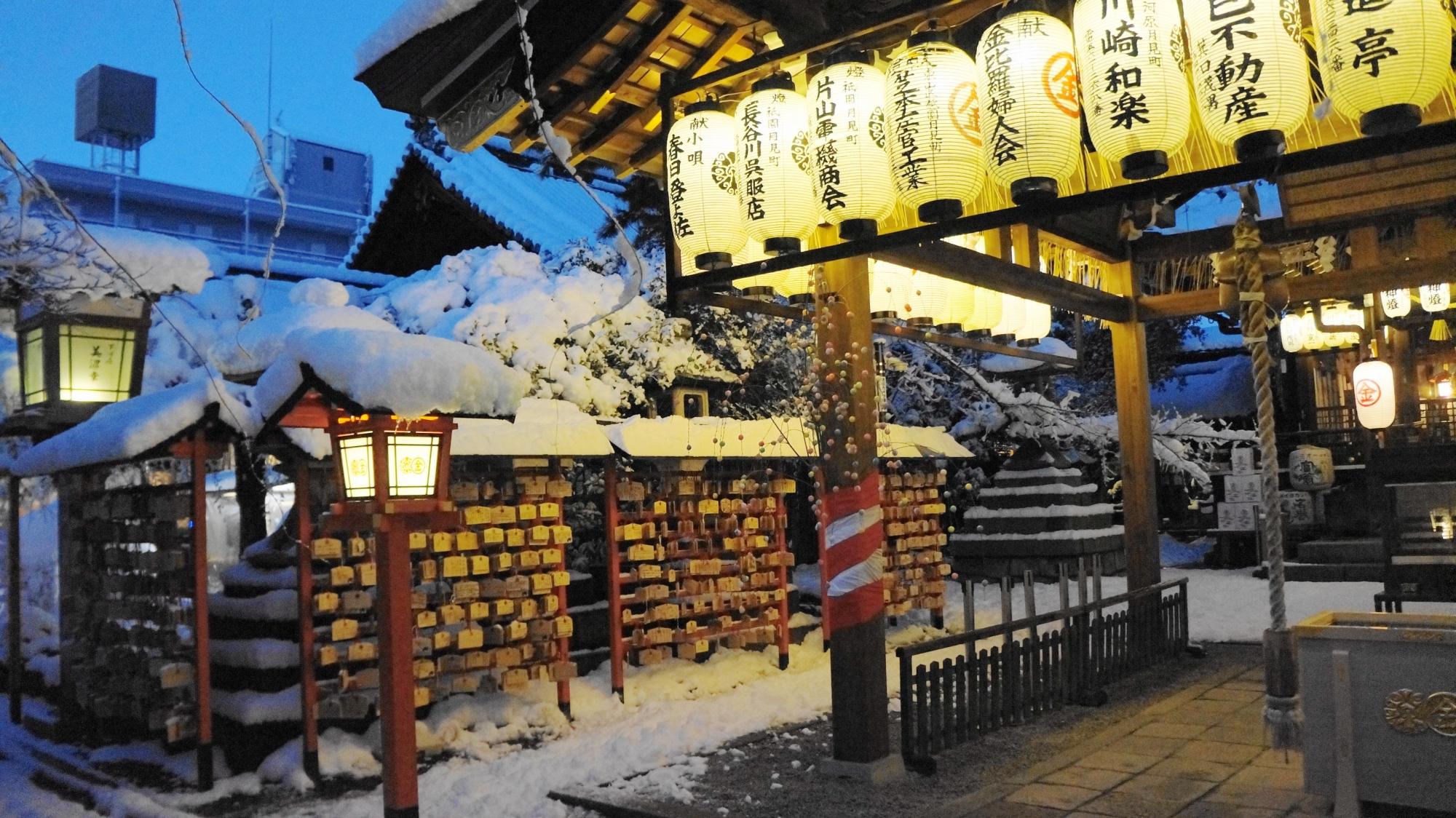 安井金比羅宮の拝殿の雪景色