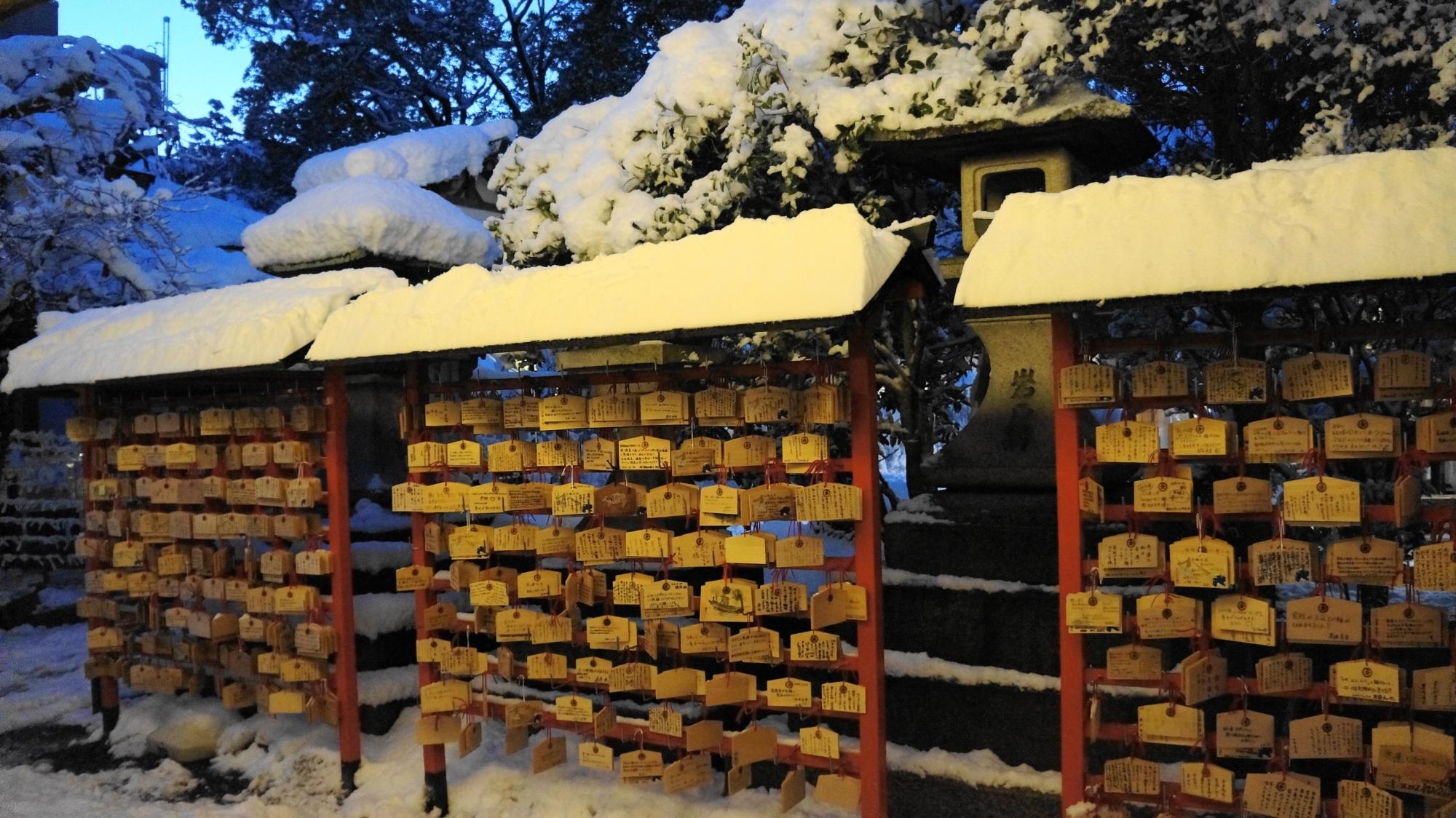 安井金比羅宮の絵馬所の雪景色