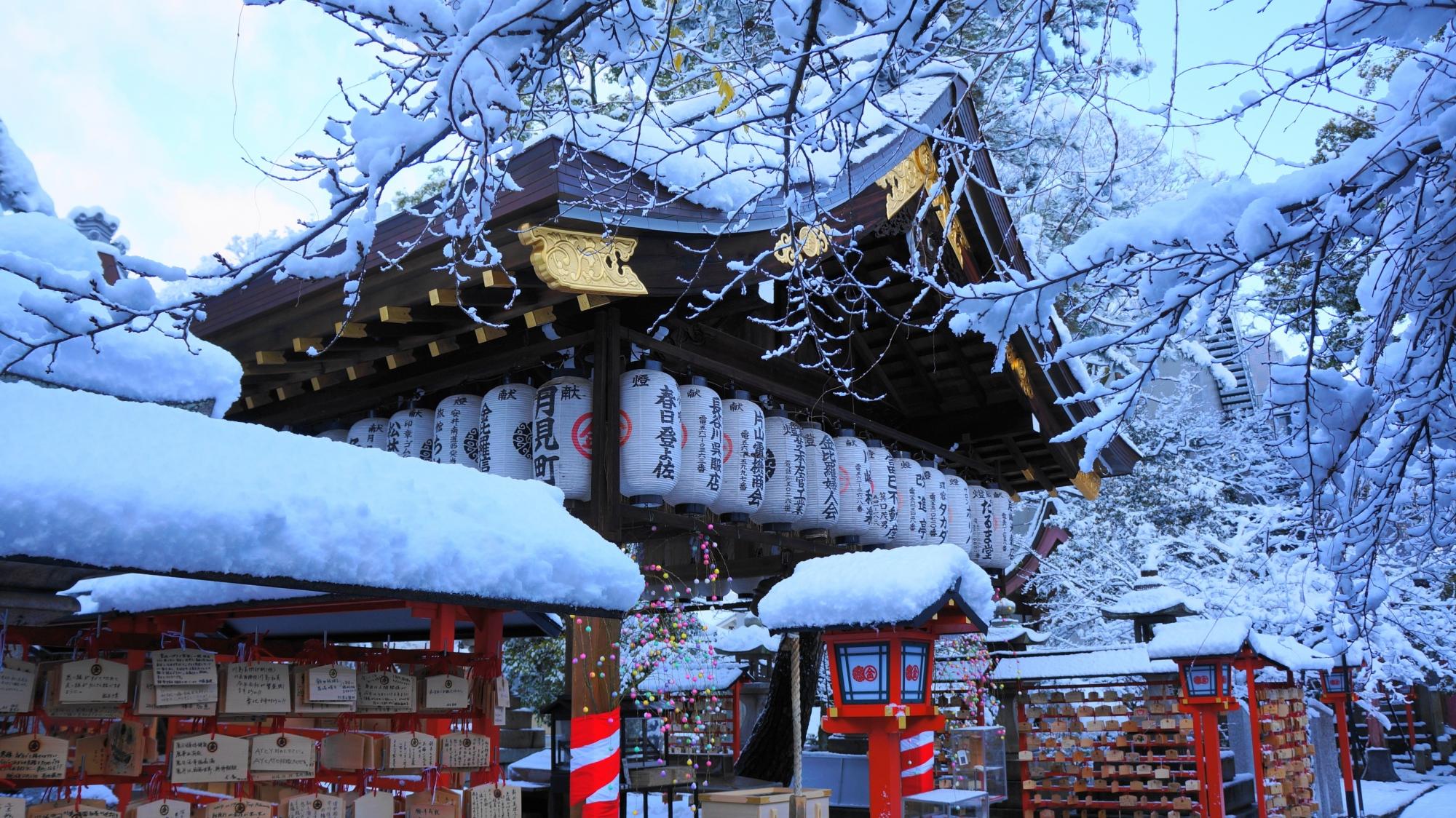 雪がてんこ盛りの安井金比羅宮の拝殿前