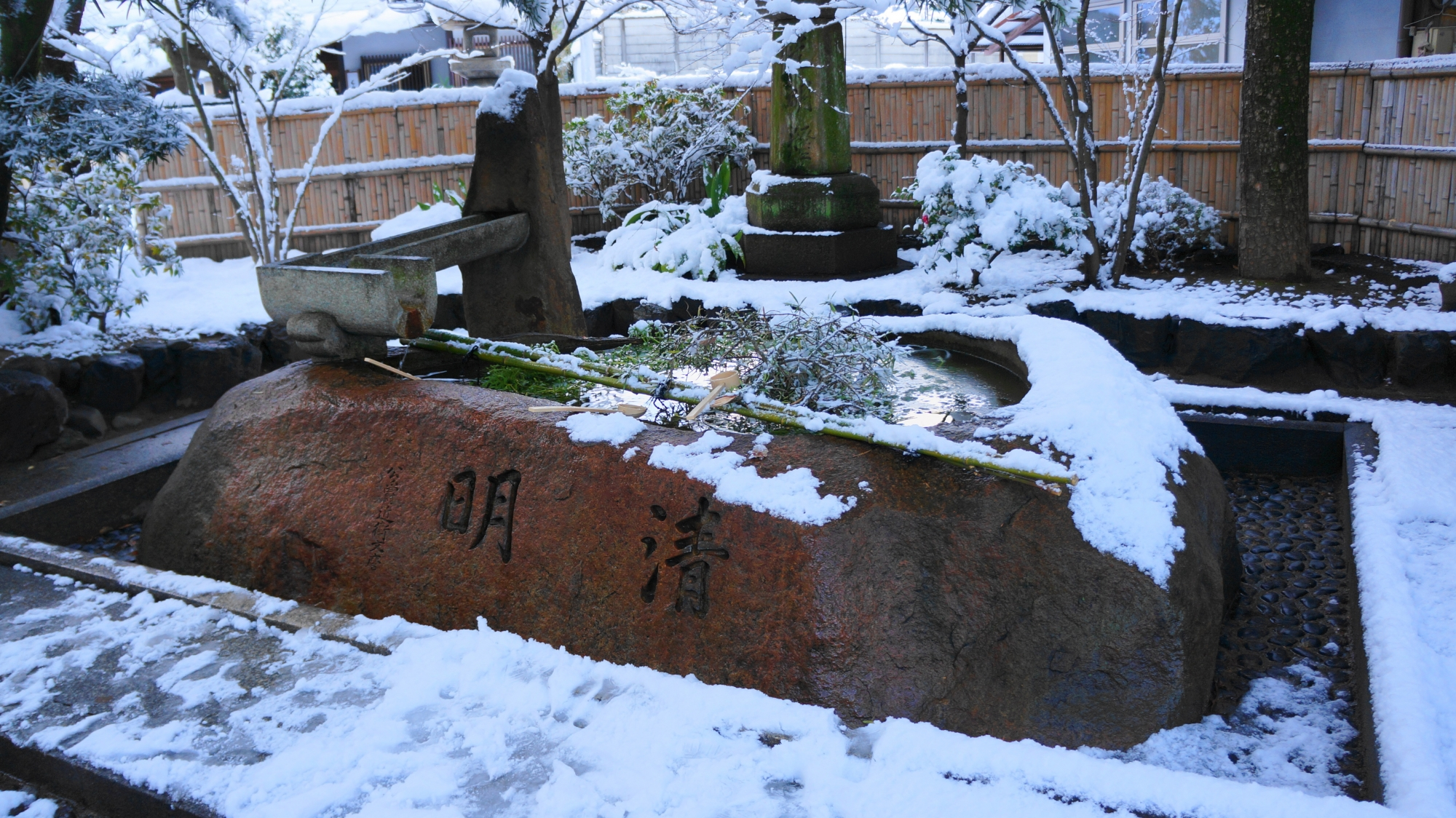 安井金比羅宮の雪につつまれた手水舎