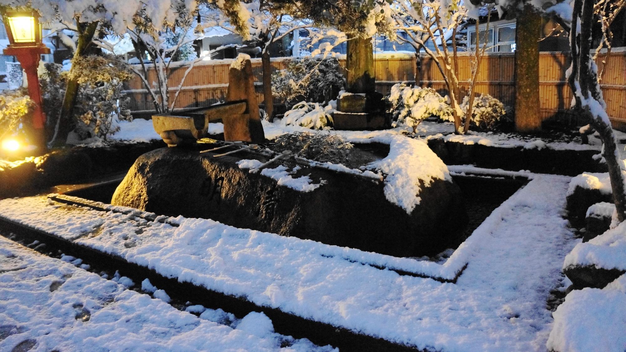 安井金比羅宮の手水舎の雪景色