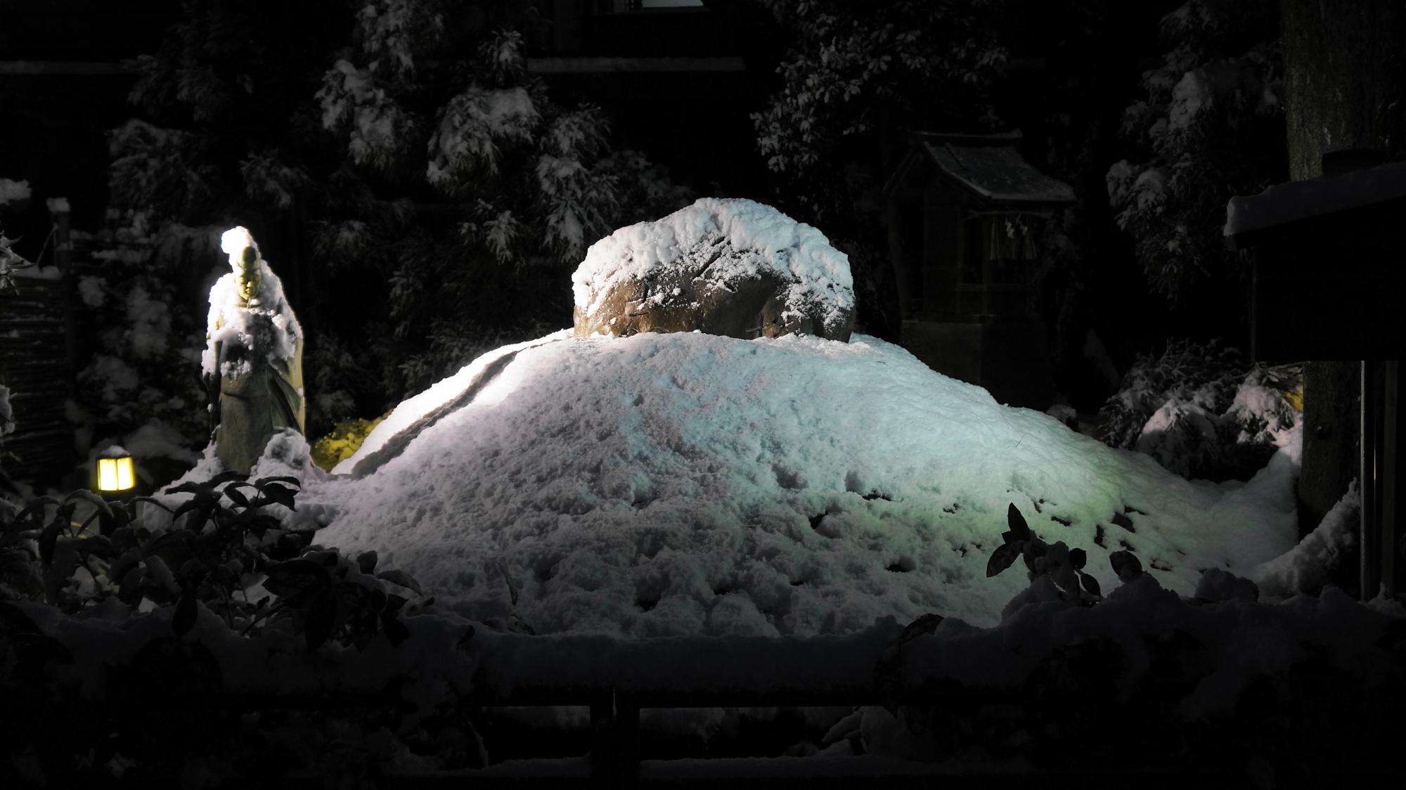 安井金比羅宮の久志塚(櫛塚)の雪景色
