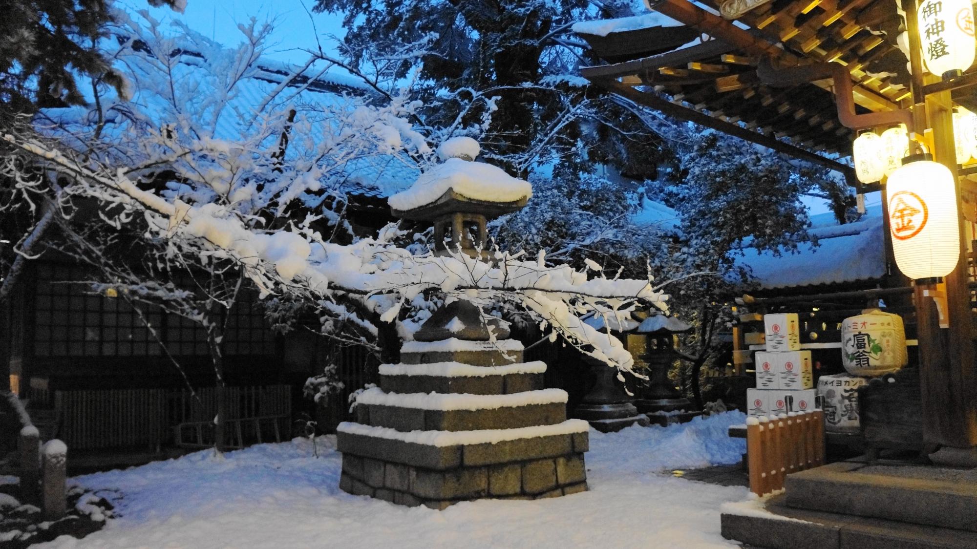 深い雪につつまれ静まり返る安井金比羅宮
