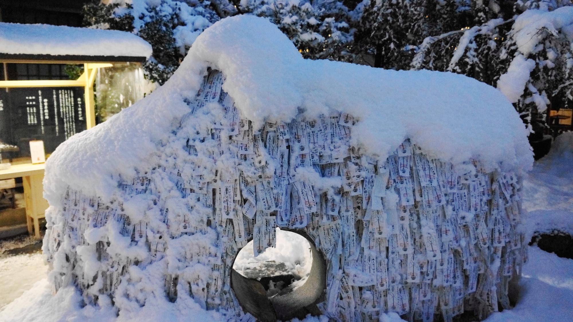 縁切り縁結び碑の雪景色
