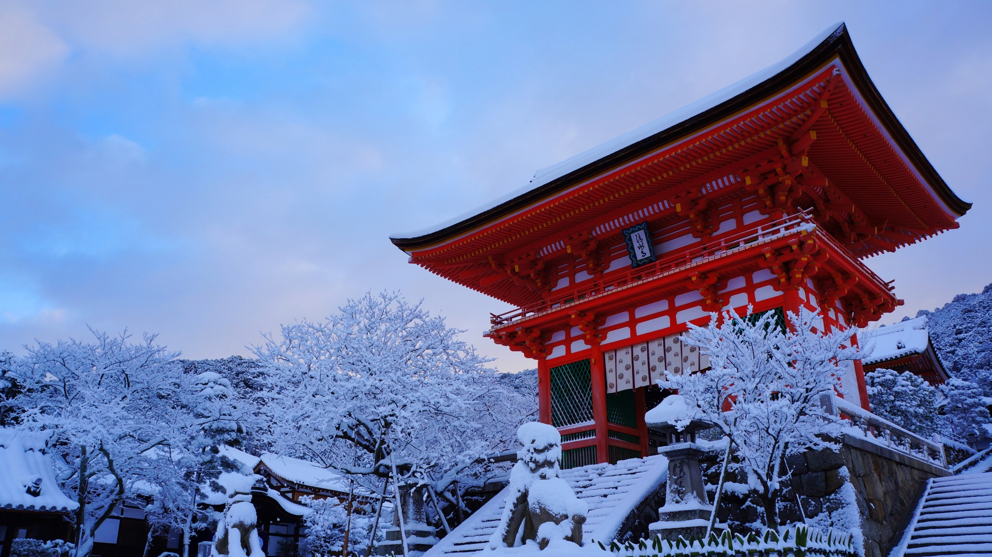 真っ白な雪の中に佇む朱色の立派な仁王門