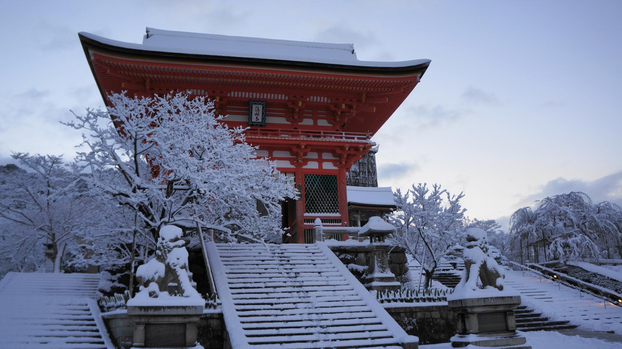 誰もいない清水寺の雪の仁王門