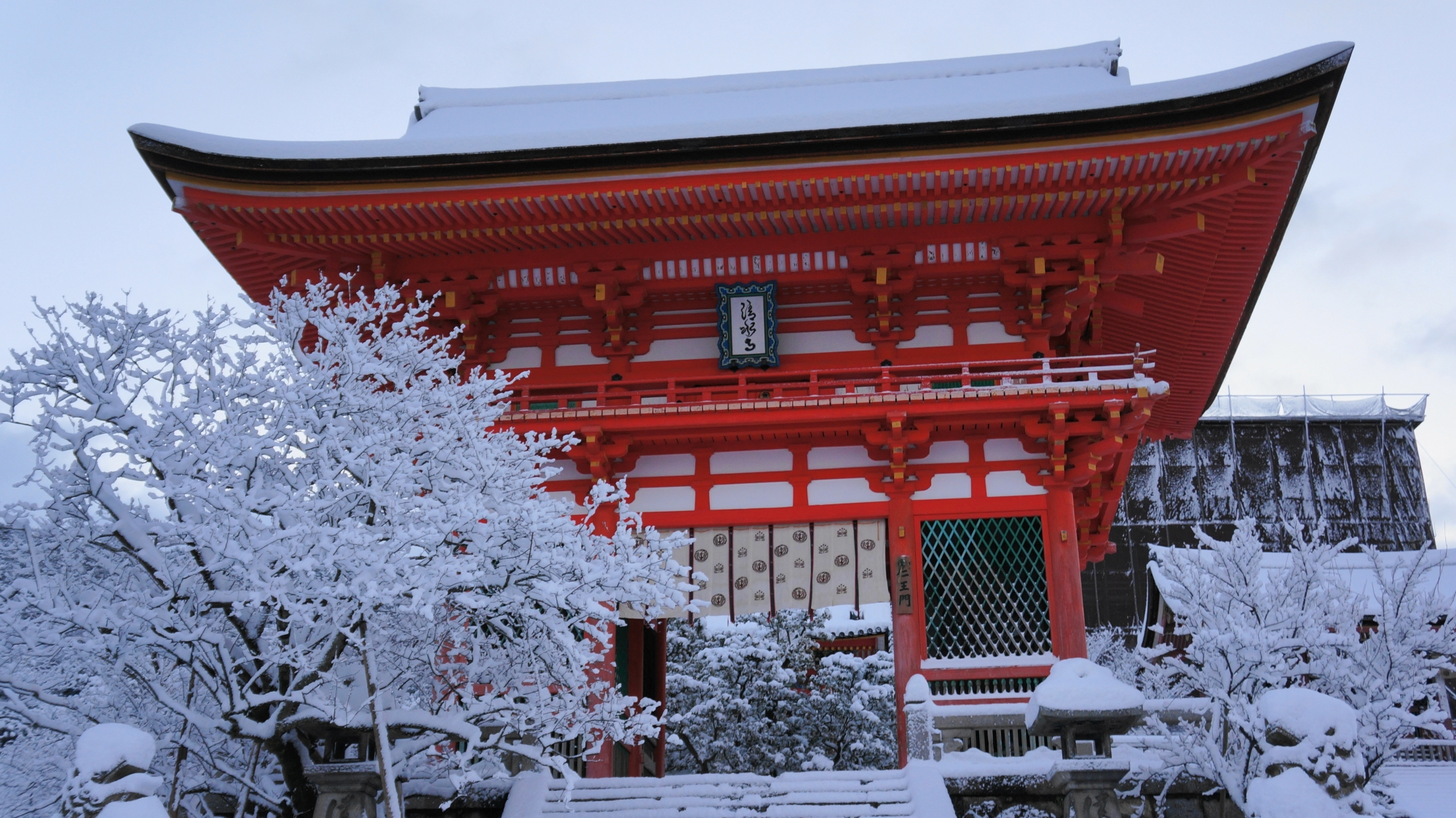 仁王門の雪景色