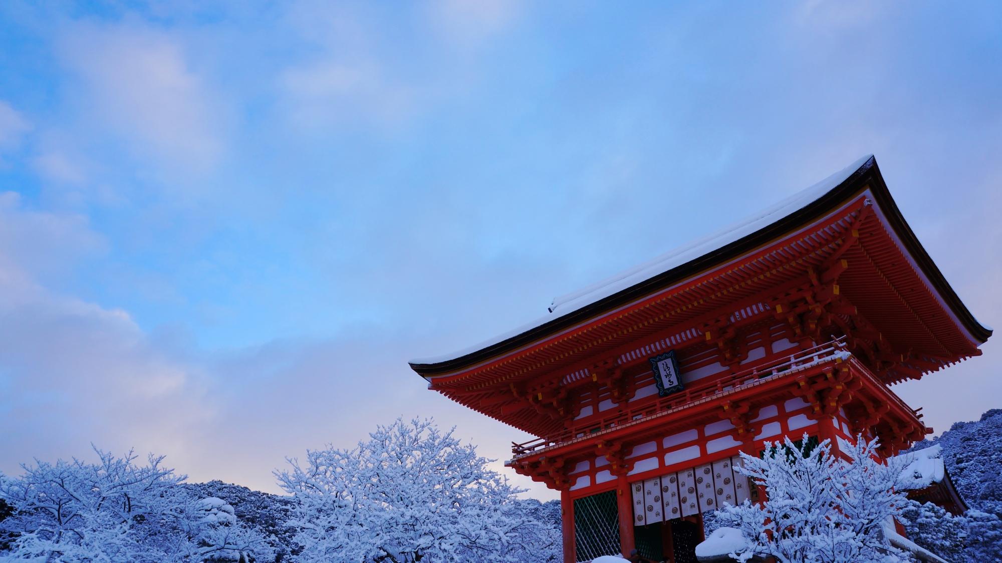 清水寺の雪の仁王門と青空