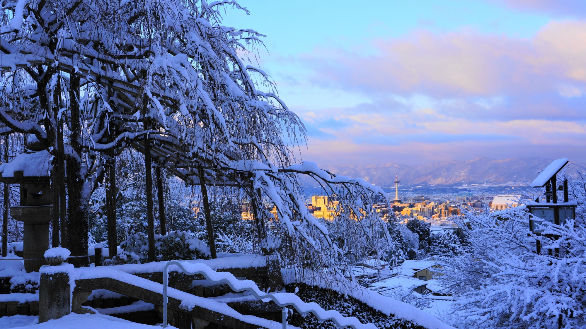 白く染まった京都市街と西山