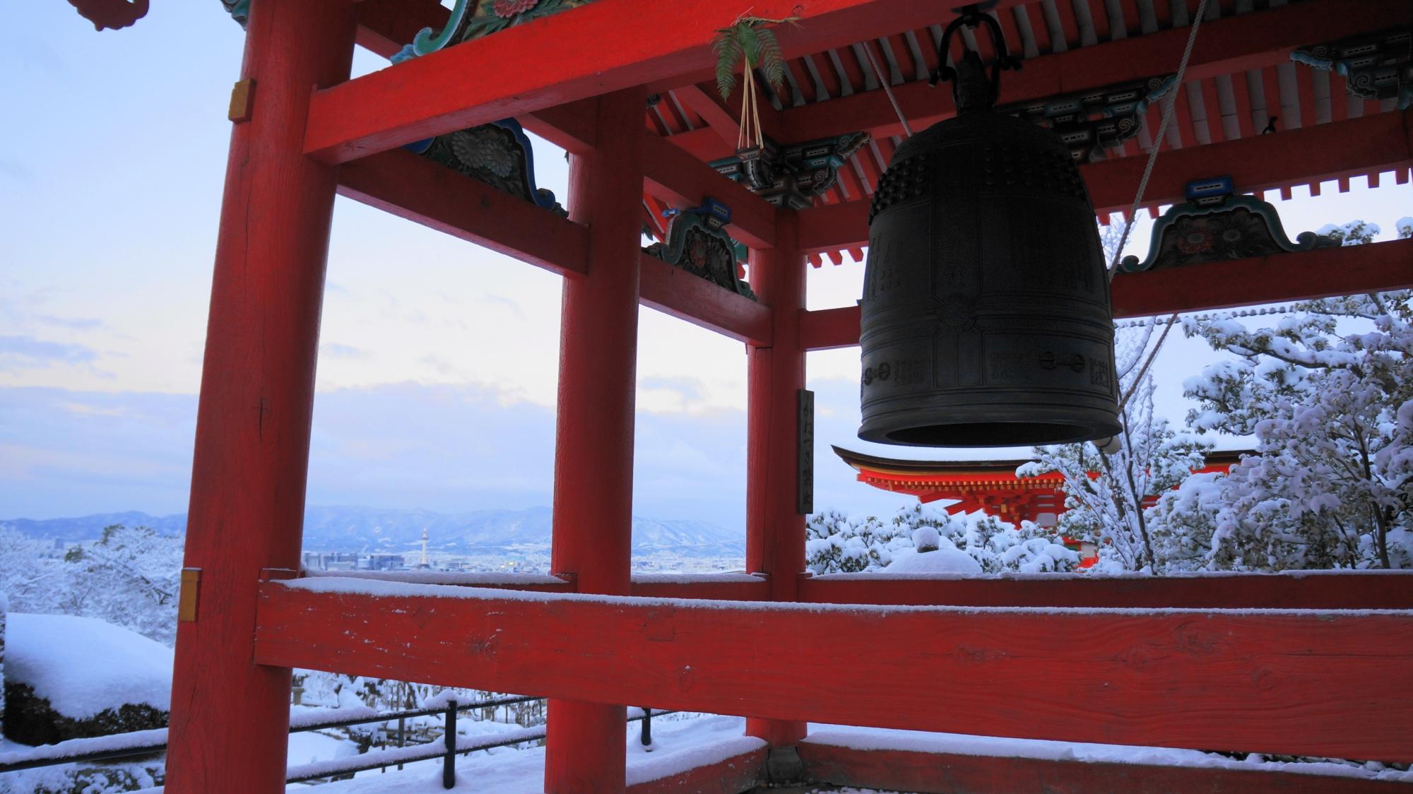 白い雪に映える朱色の鐘楼
