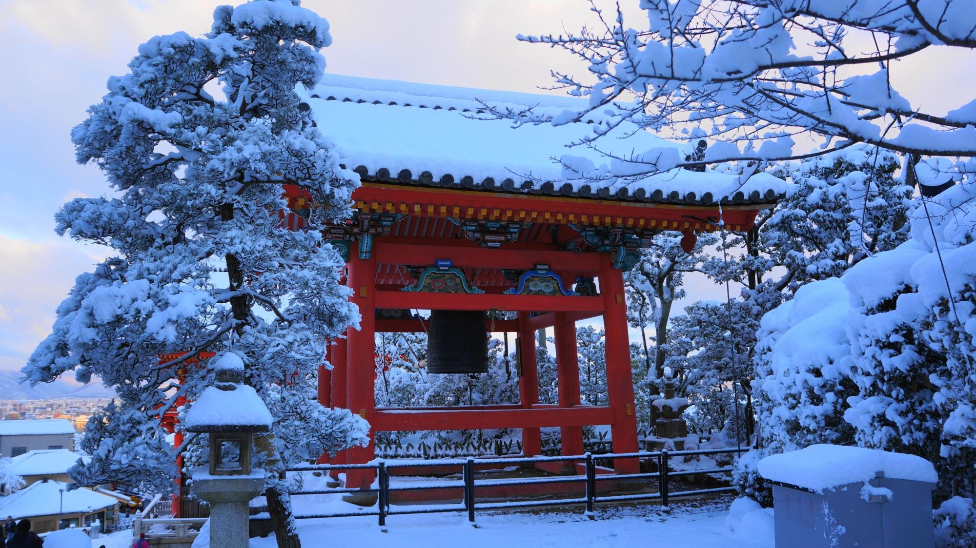 清水寺の鐘楼の雪景色