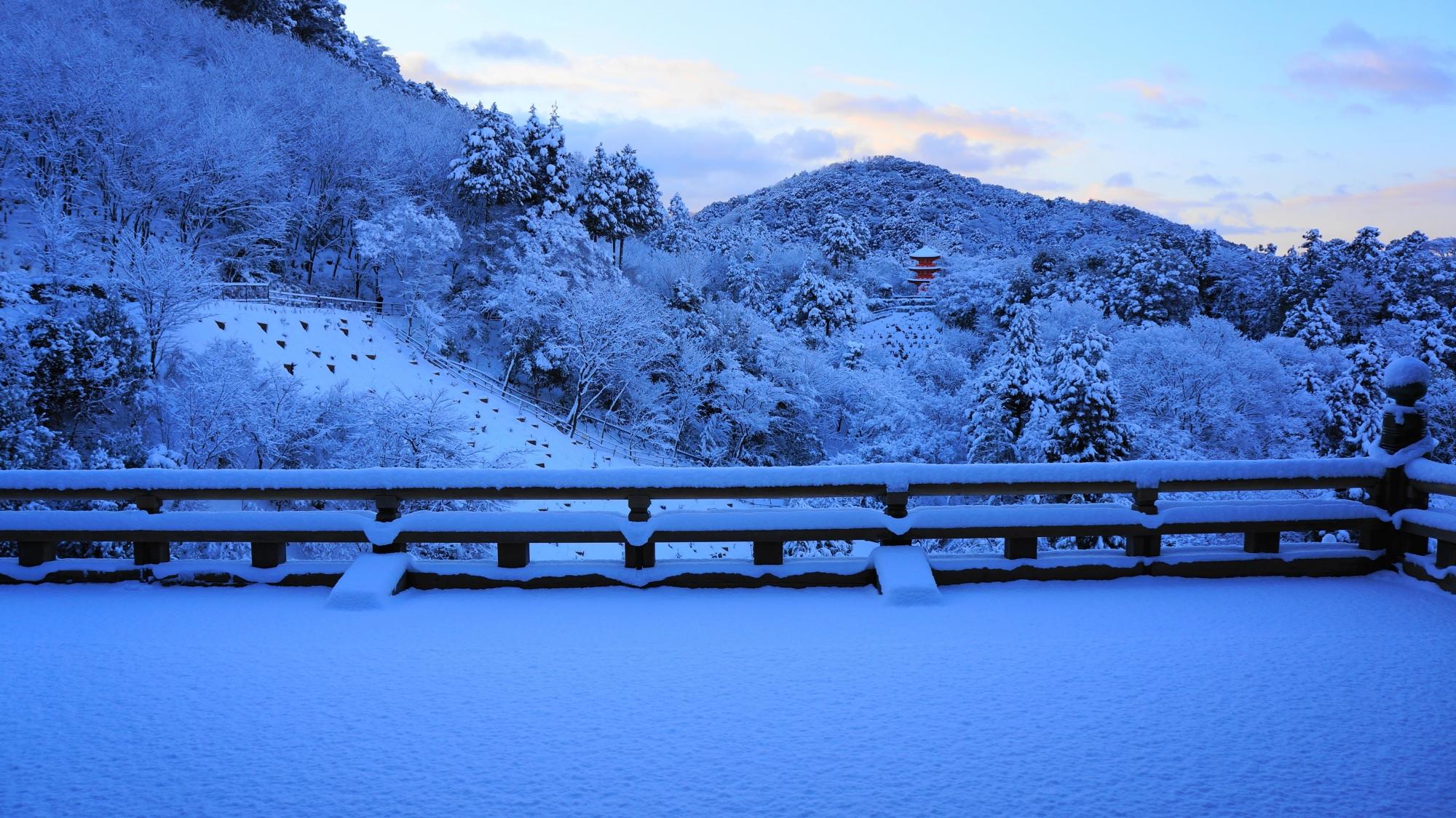 清水寺の本堂から眺める子安塔の雪景色