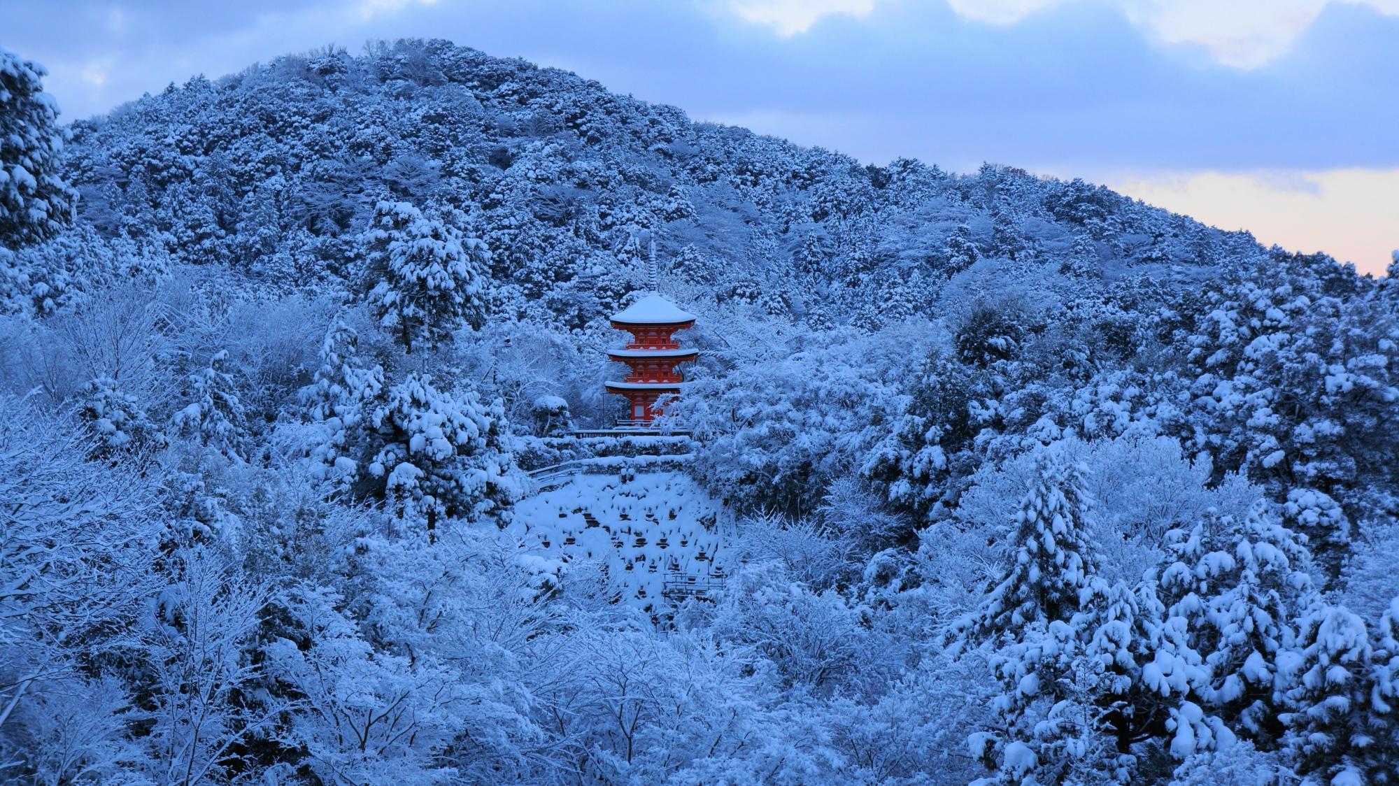 真っ白な山に佇む朱色の子安塔