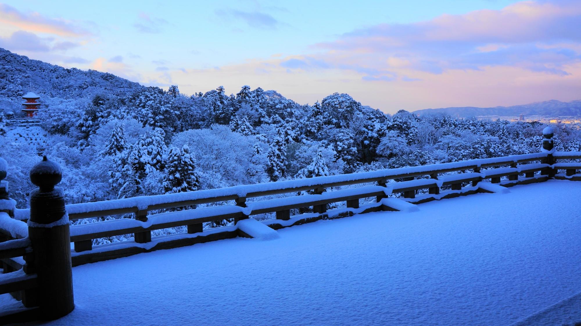 朝焼けもうっすら見える美しすぎる雪の清水の舞台