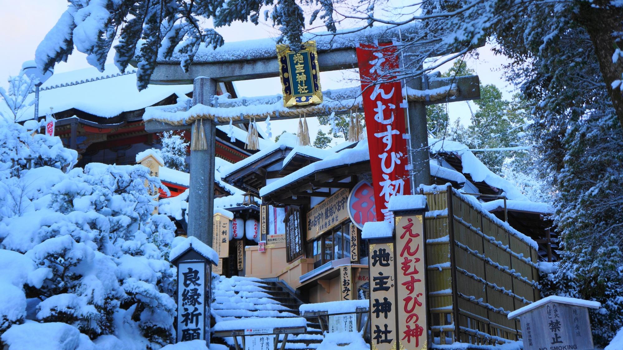 雪がてんこ盛りの清水寺と地主神社