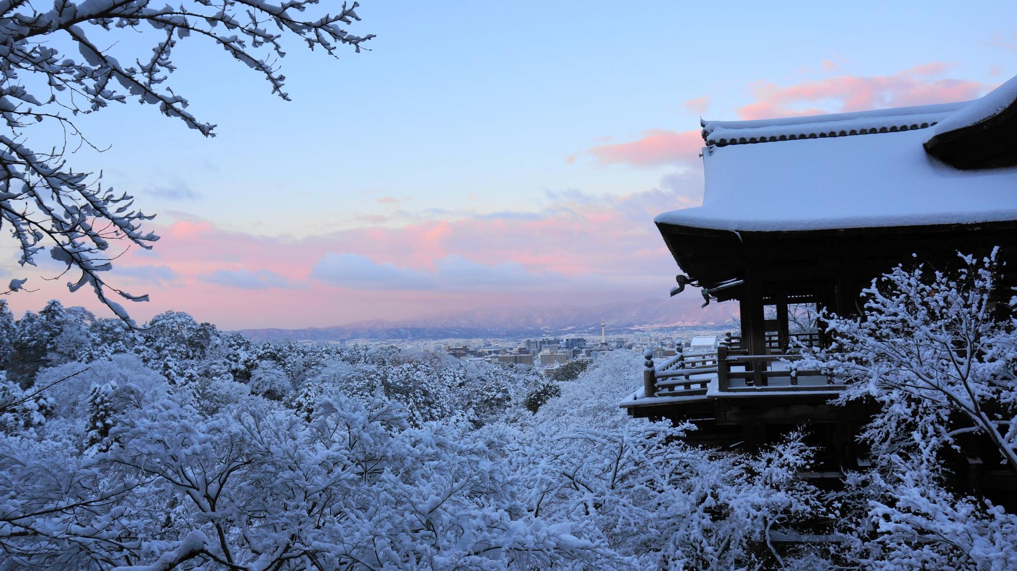 清水寺の真っ白の舞台と朝焼けの絶景