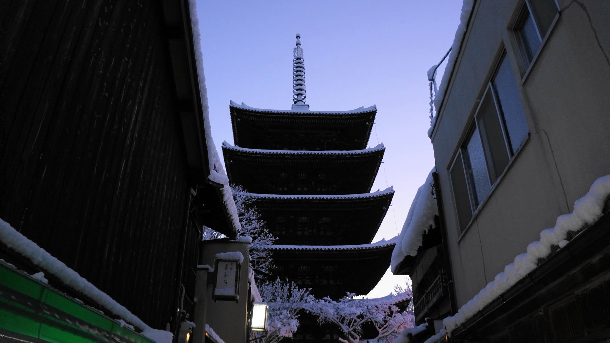 雪の八坂の塔