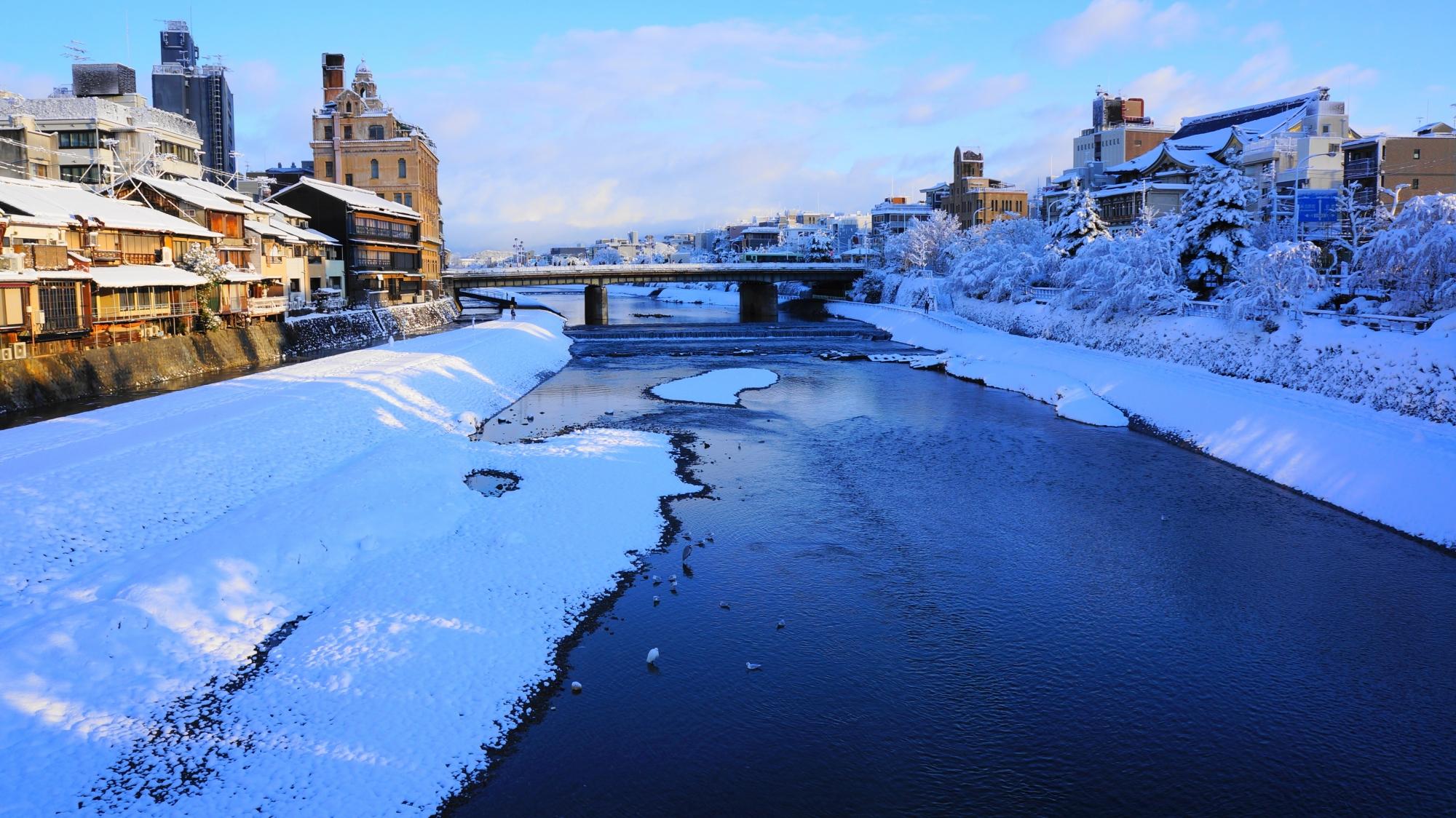 鴨川と四条大橋の雪景色