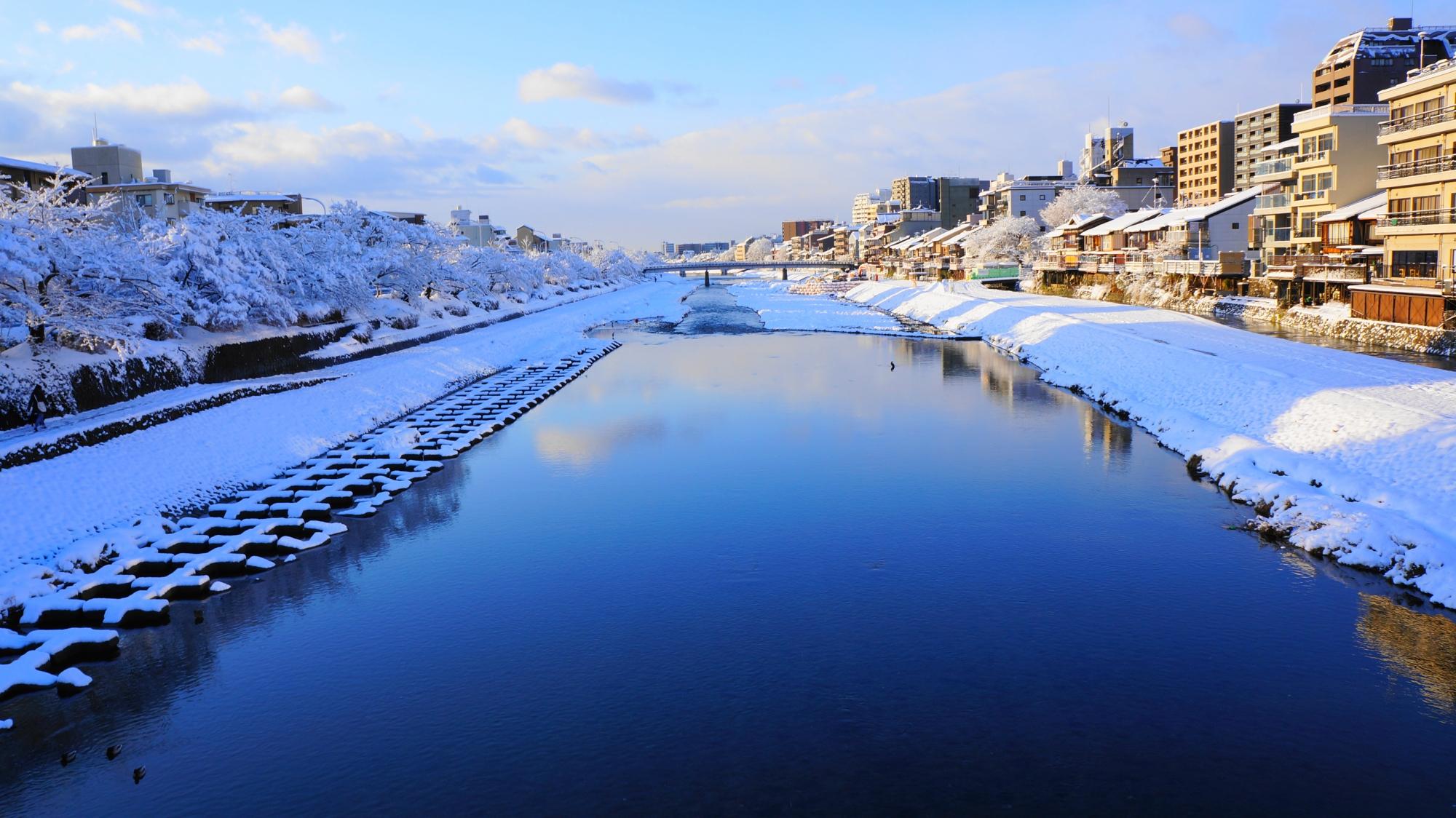 穏やかで美しい鴨川の雪景色