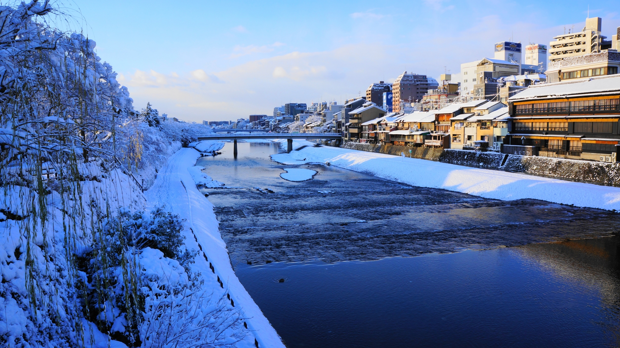 四条大橋付近の雪にそまった鴨川