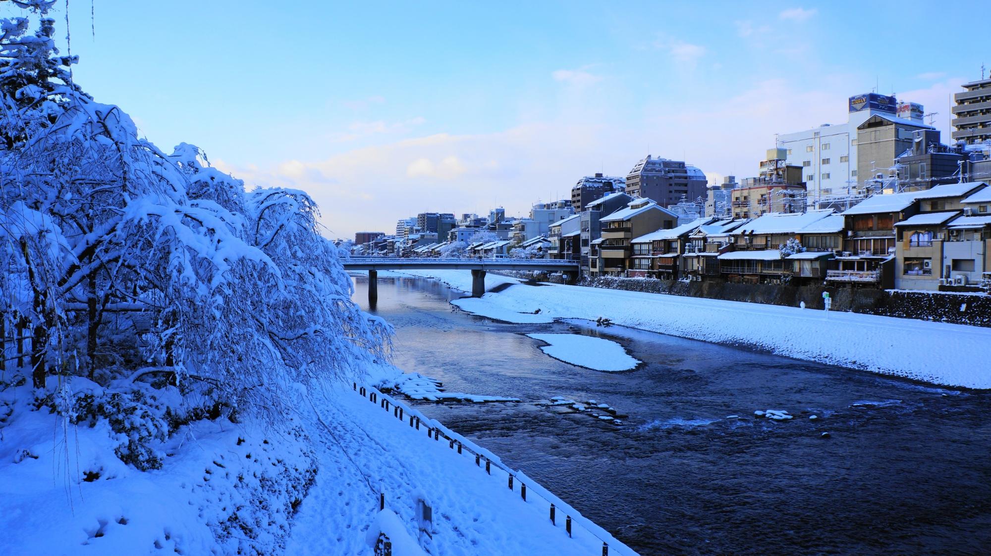 静寂につつまれた雪景色の鴨川