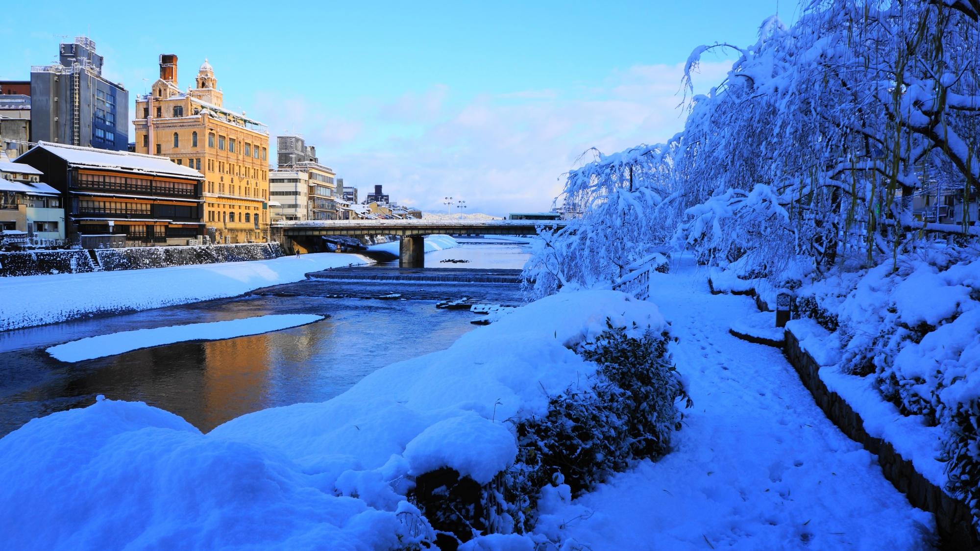 雪がてんこ盛りの鴨川