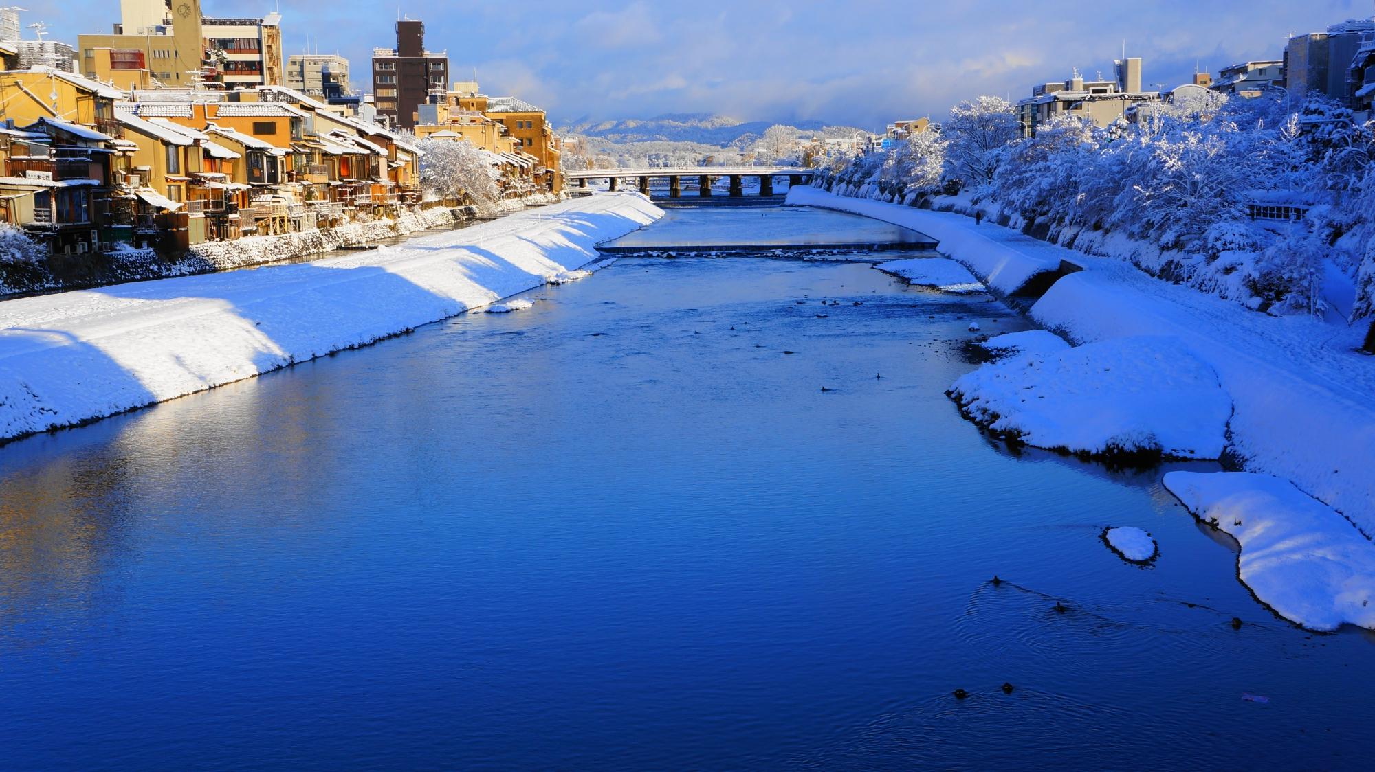 四条大橋から眺めた三条大橋方面の鴨川の雪景色