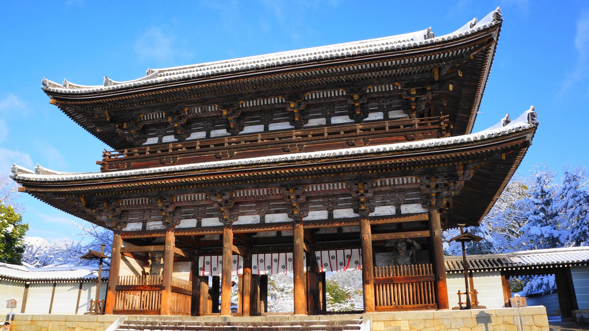 仁和寺の二王門の雪景色