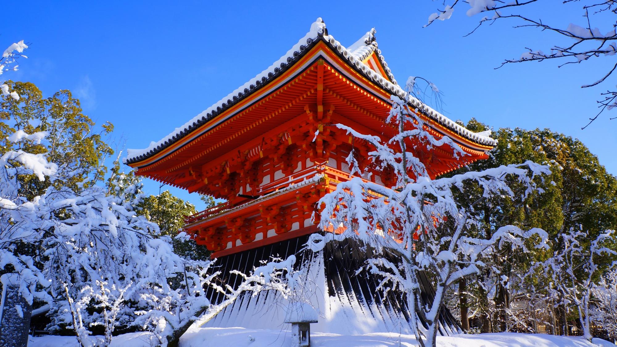 仁和寺の鐘楼の雪景色