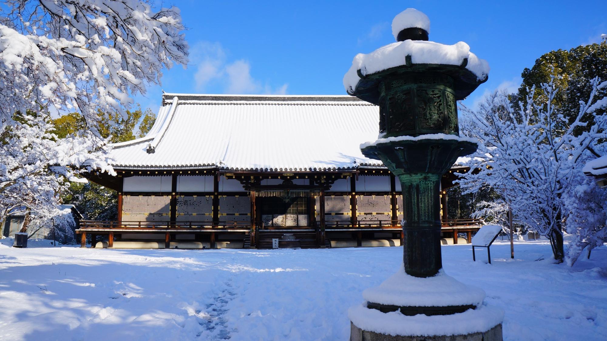 深い雪につつまれた金堂