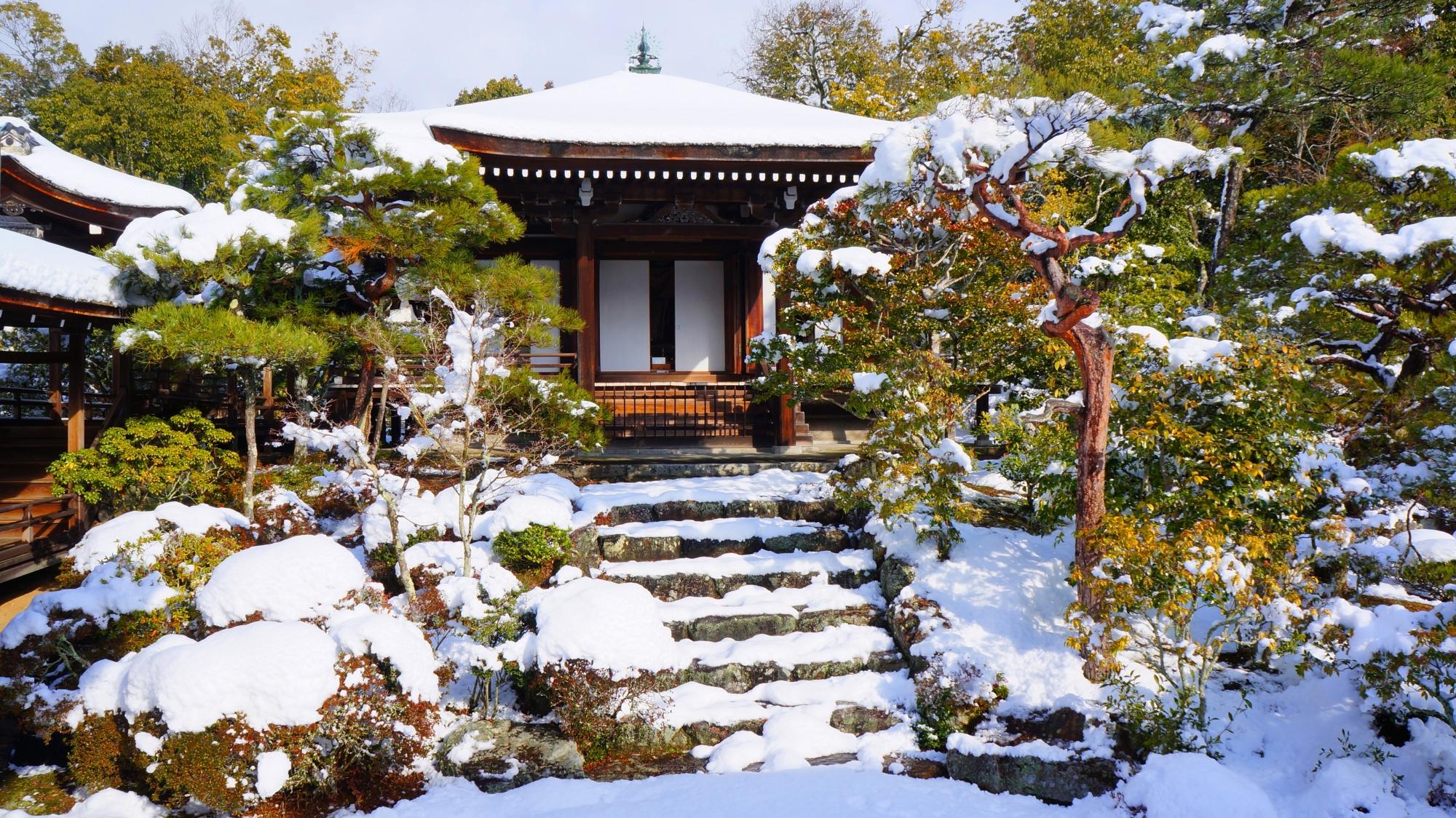 仁和寺の霊明殿の雪景色
