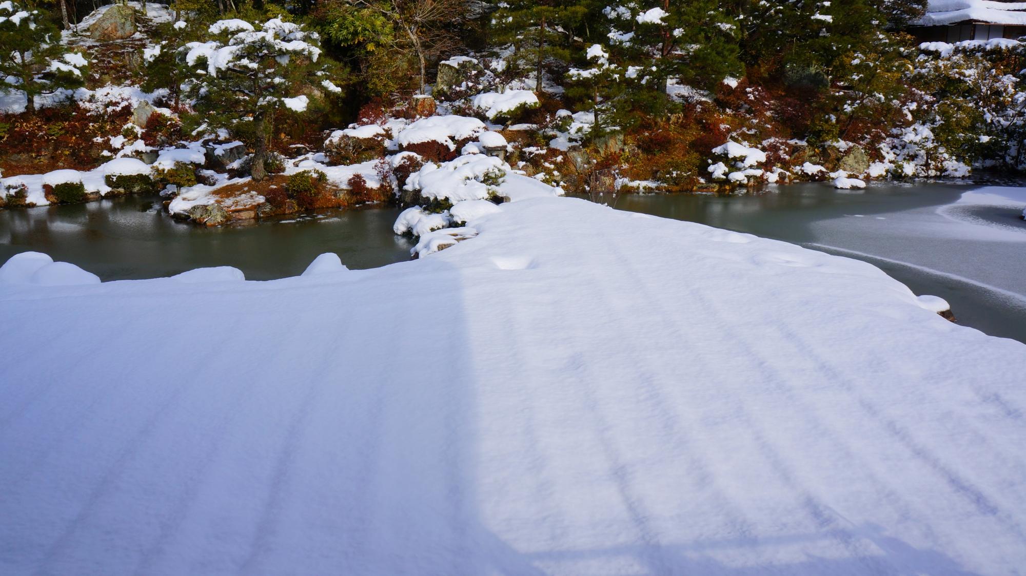 砂の形が雪で表現された御殿庭園