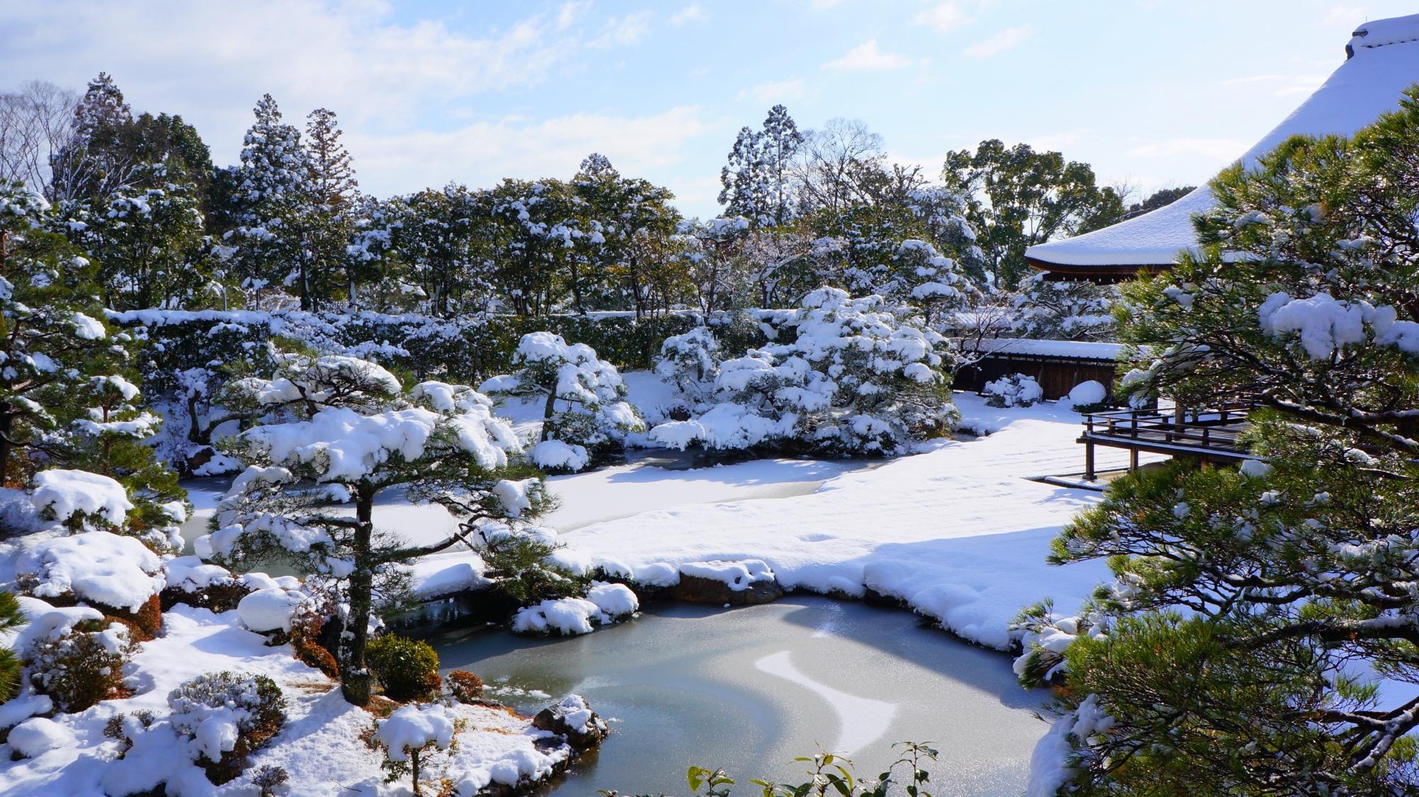 池が凍る御殿北庭の見事な冬景色