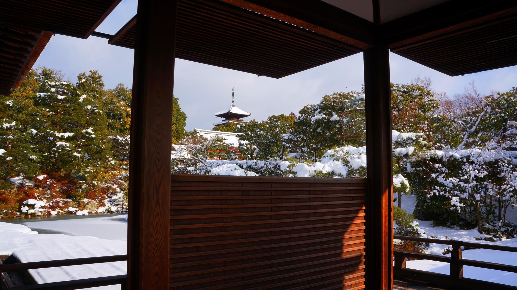 仁和寺御殿の枠の中の雪の五重塔