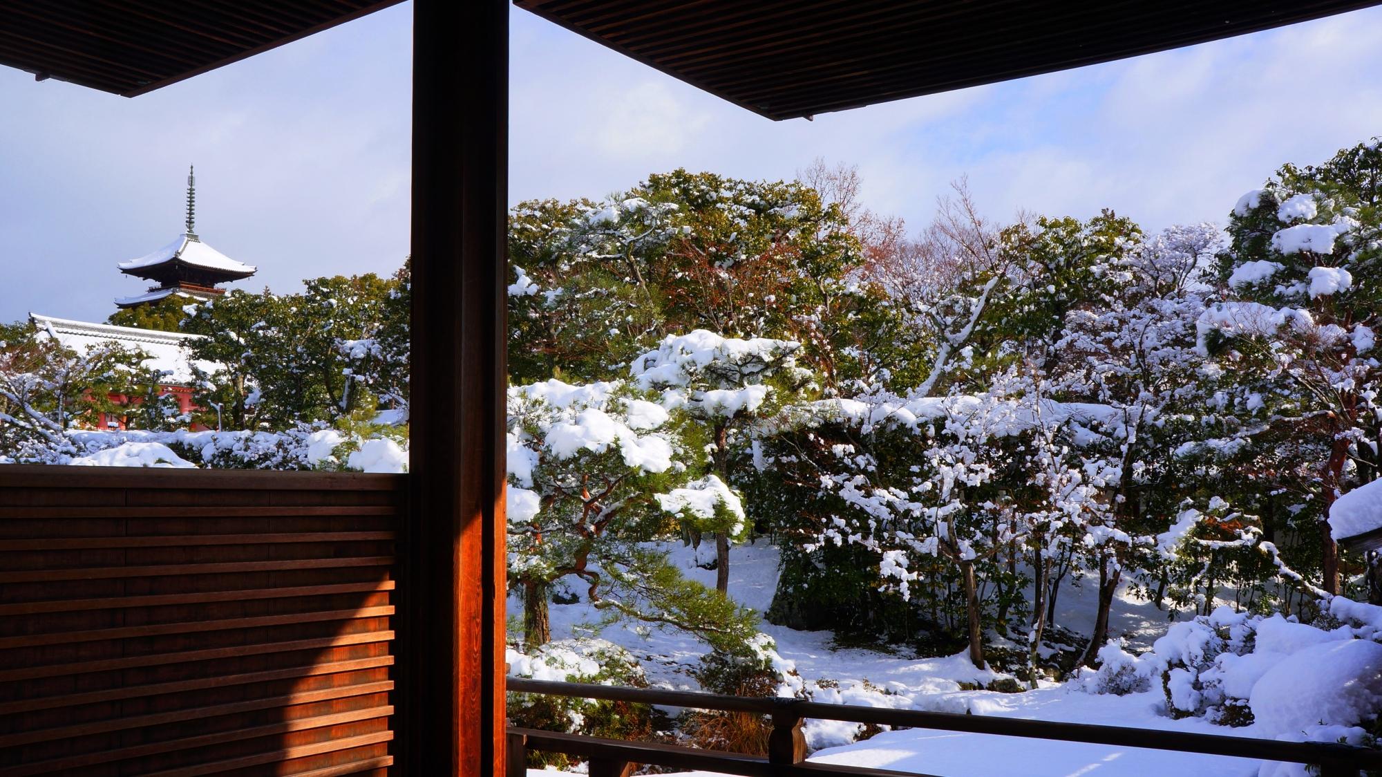 御殿から眺めた庭園と五重塔の冬景色