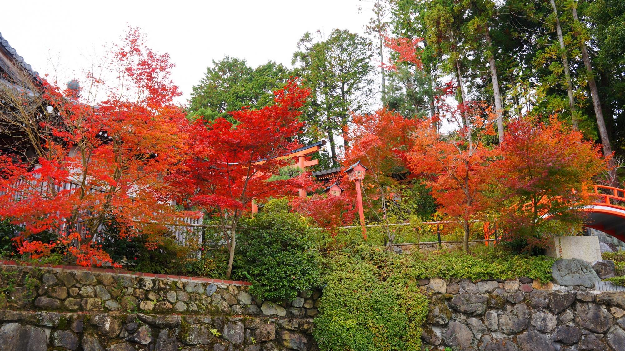 正法寺の春日稲荷社と多彩な紅葉