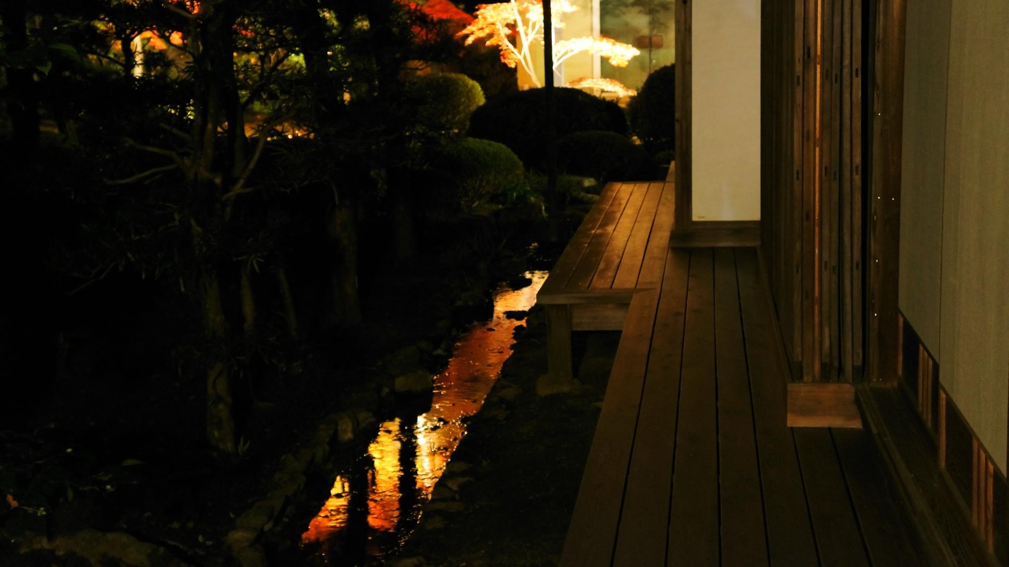 随心院の書院周辺の小さな水路に映るライトアップされた紅葉の水鏡