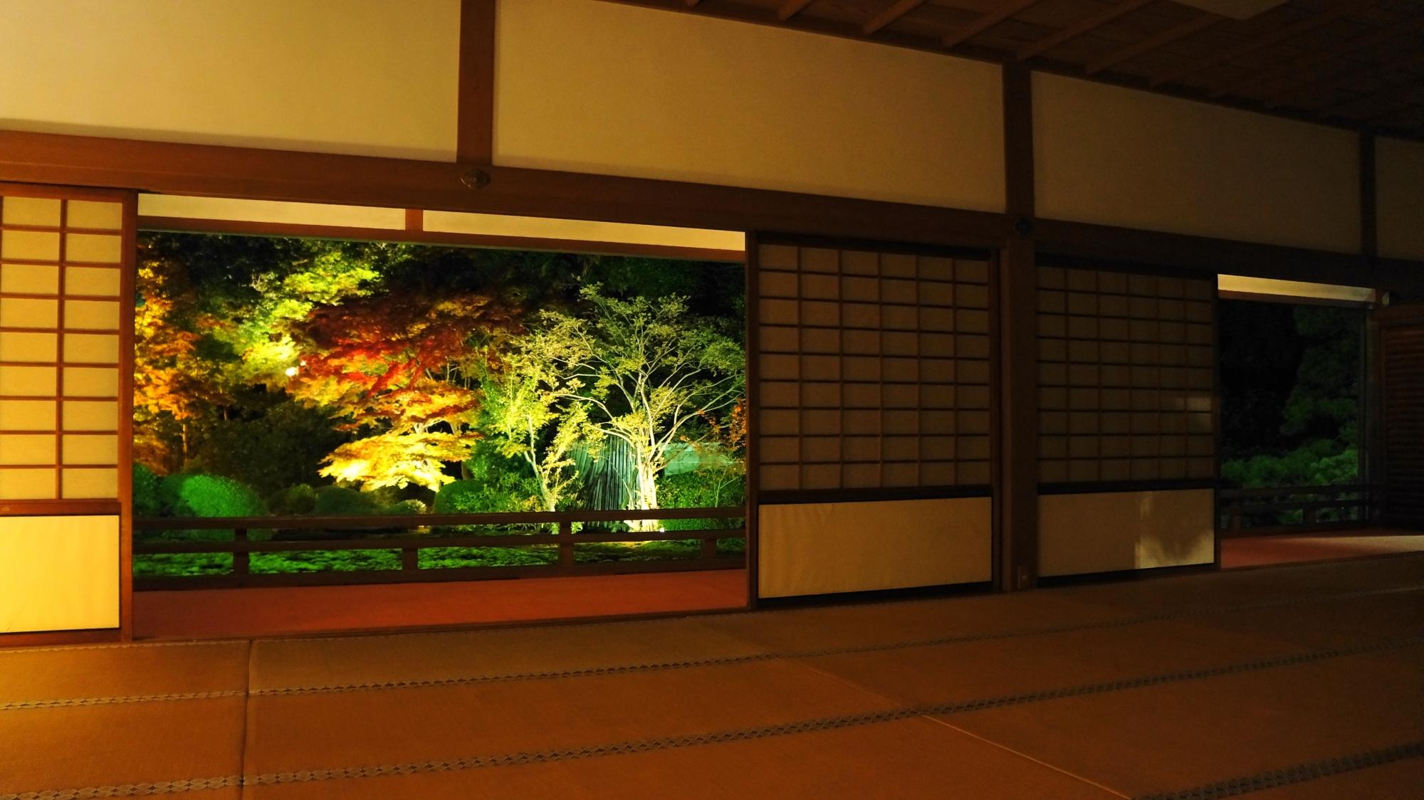 随心院の能の間から眺めた本堂前庭園の紅葉ライトアップ