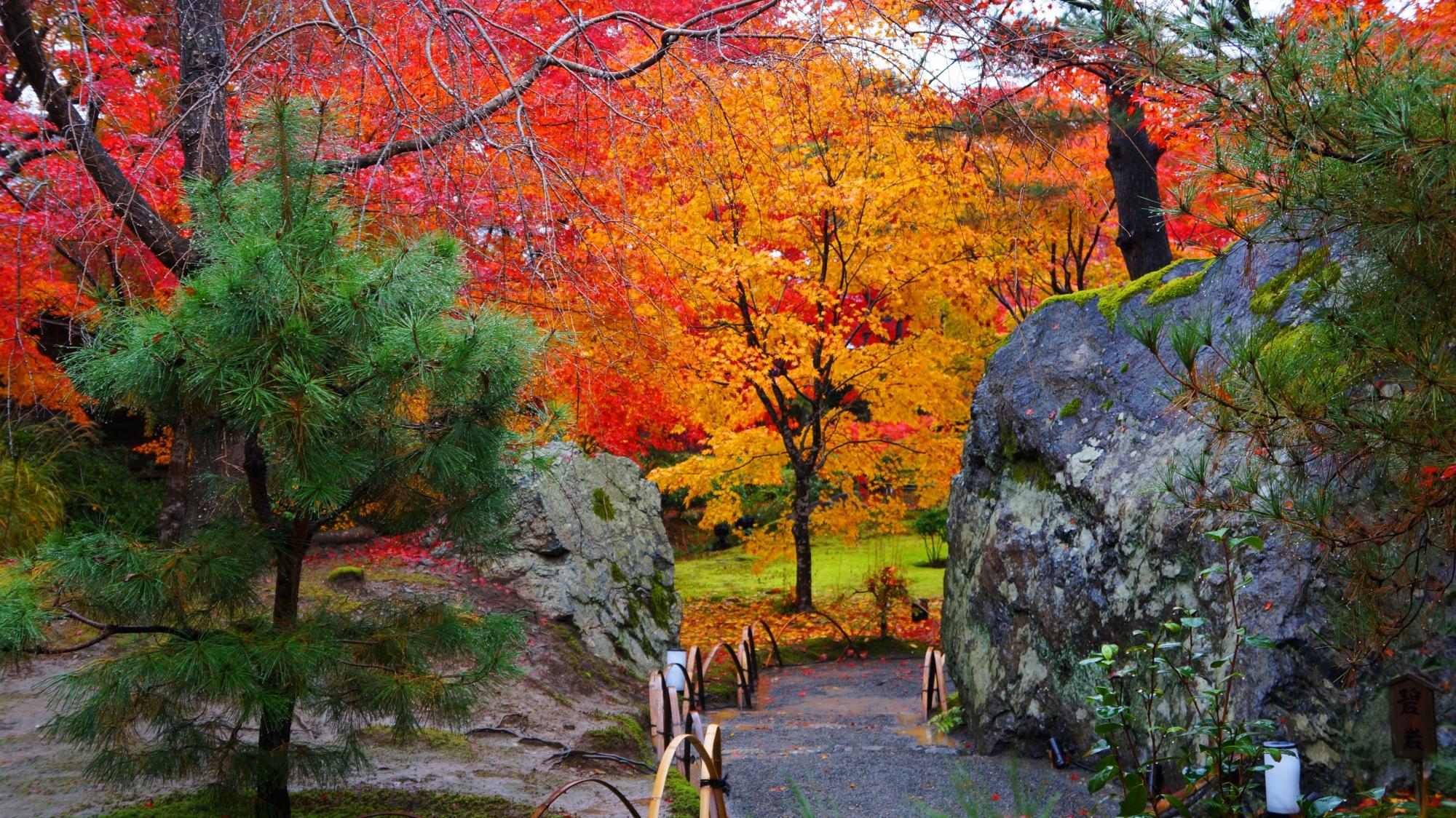 宝厳院のドンとそびえる碧岩